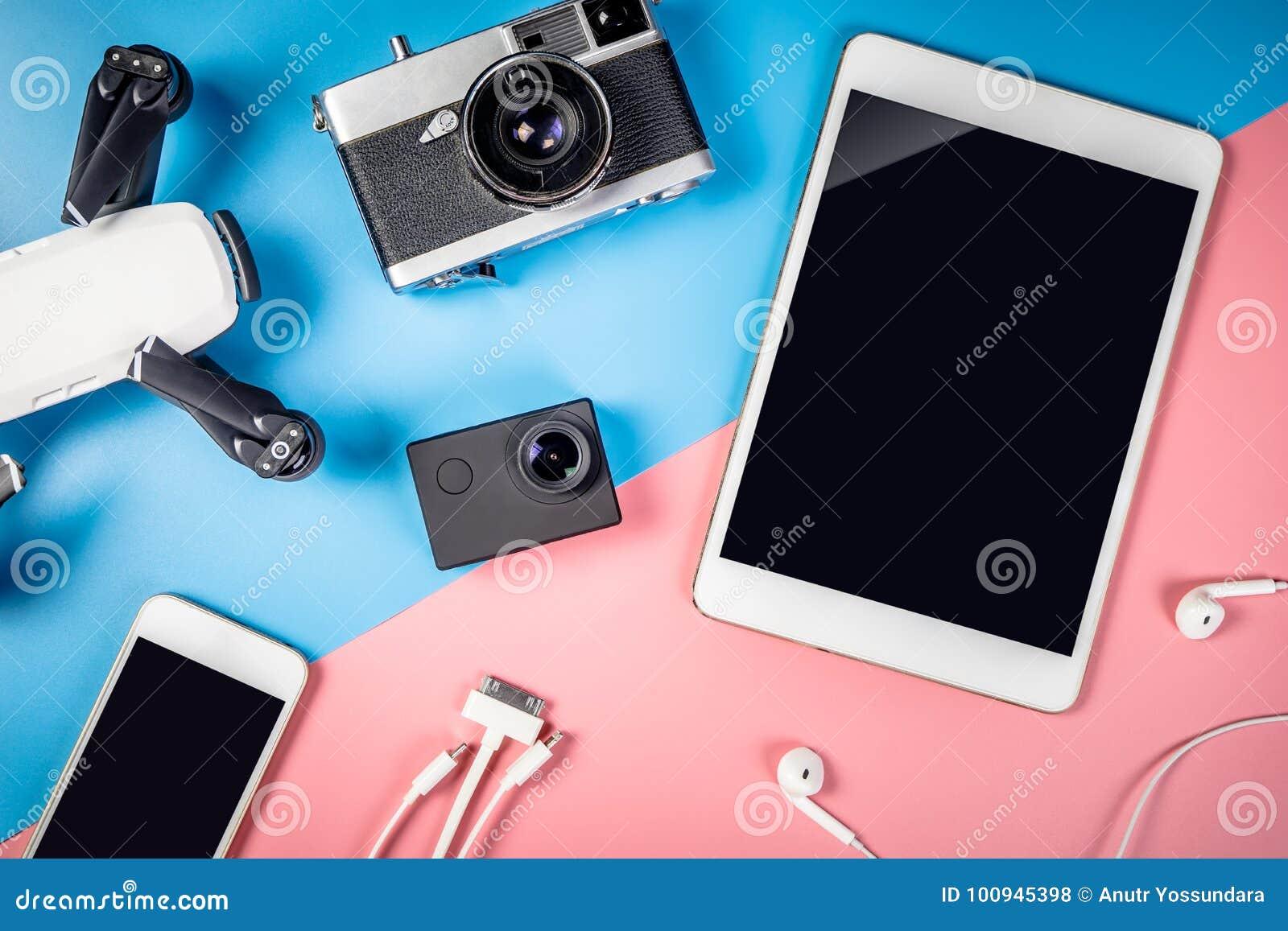 Συσκευές και αντικείμενο ταξιδιού με την κενή οθόνη ταμπλετών