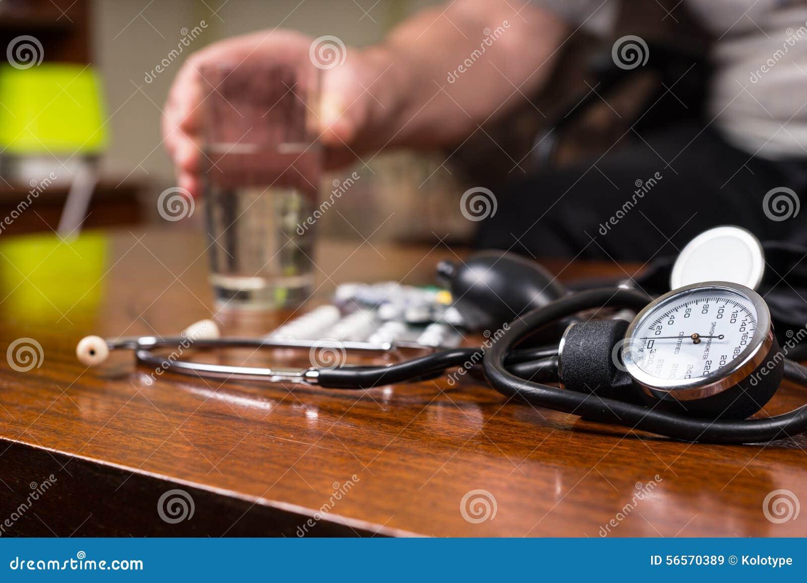 Download Συσκευές της BP στον πίνακα με τα φάρμακα και το νερό Στοκ Εικόνα - εικόνα από κυκλοφοριακός, διαφορετικός: 56570389