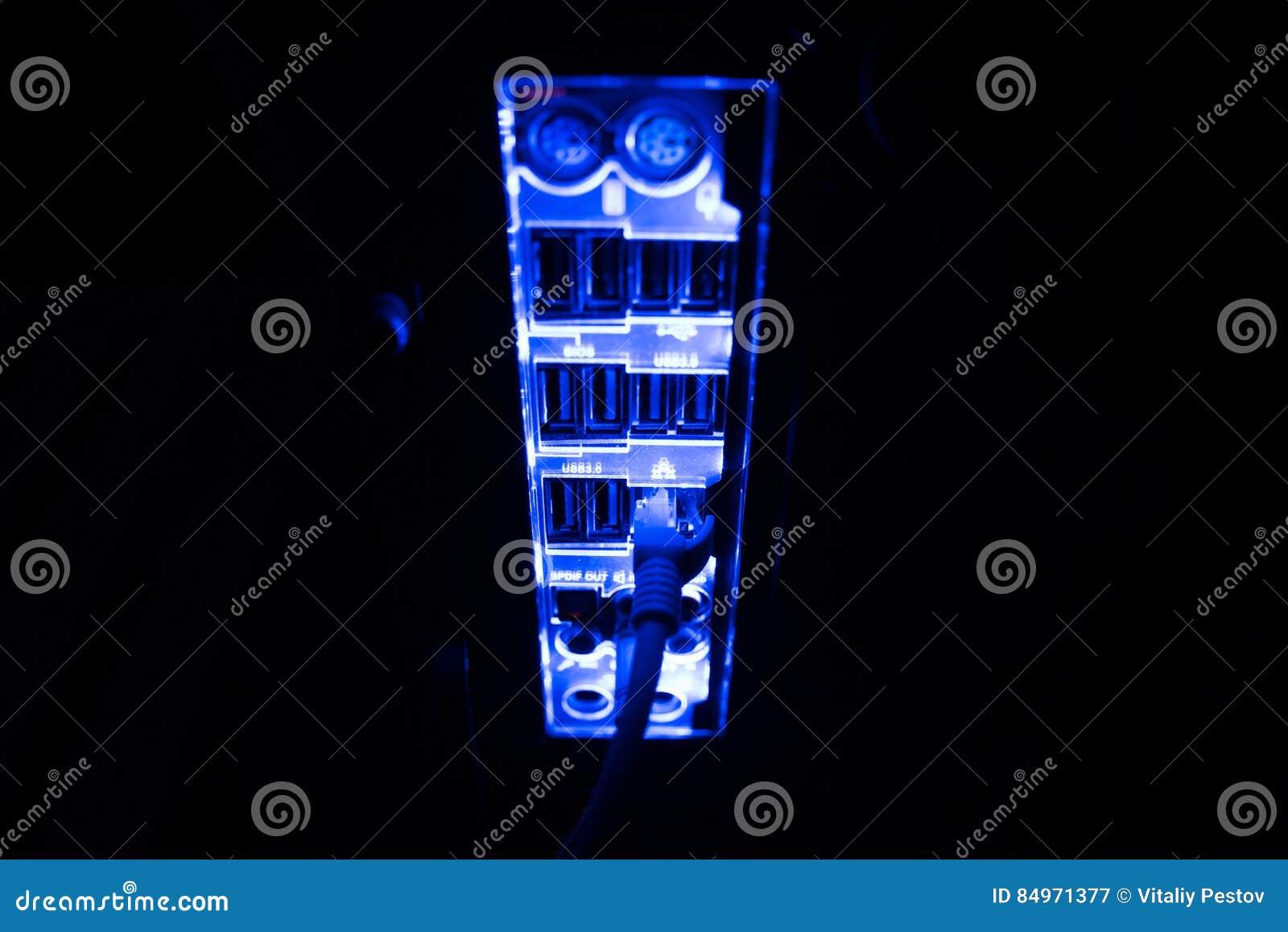 Συσκότιση, θολωμένα σύνορα Κλείστε επάνω των μπλε καλωδίων δικτύων που συνδέονται με το μαύρο διακόπτη που καίγεται στο σκοτάδι