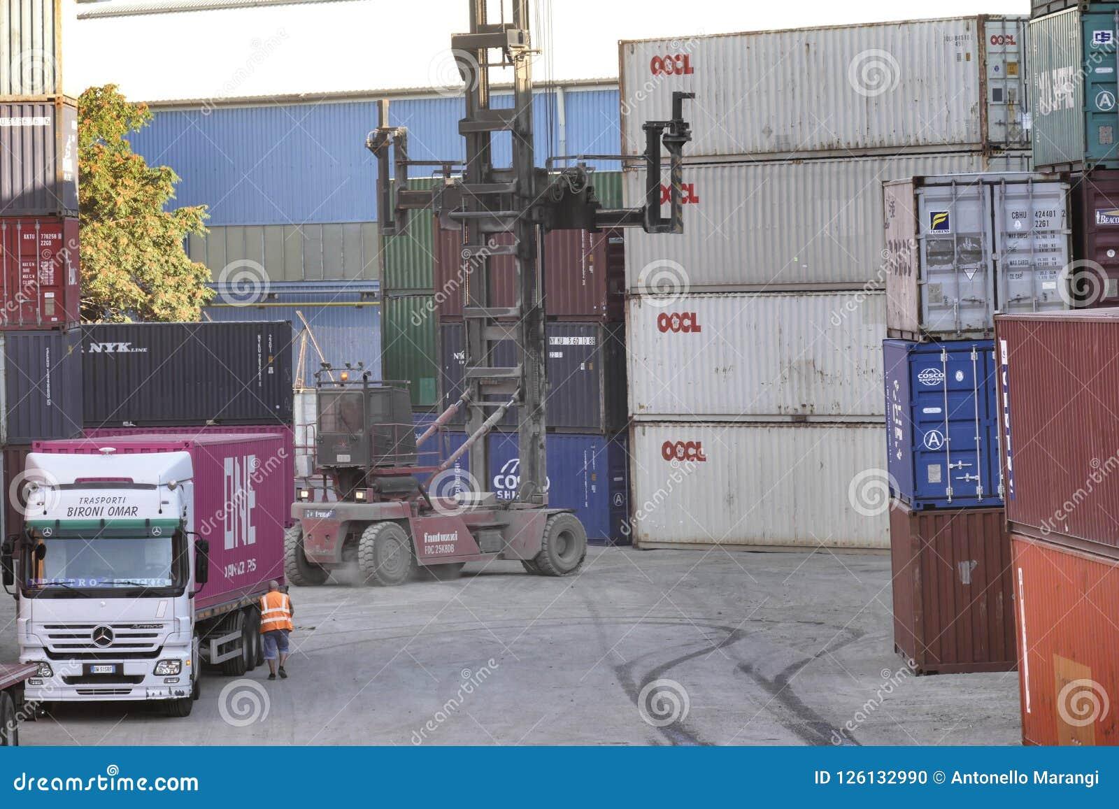 Συσσωρευμένα μεταφορικά κιβώτια στη Γένοβα Ιταλία στις 12 Σεπτεμβρίου 2018