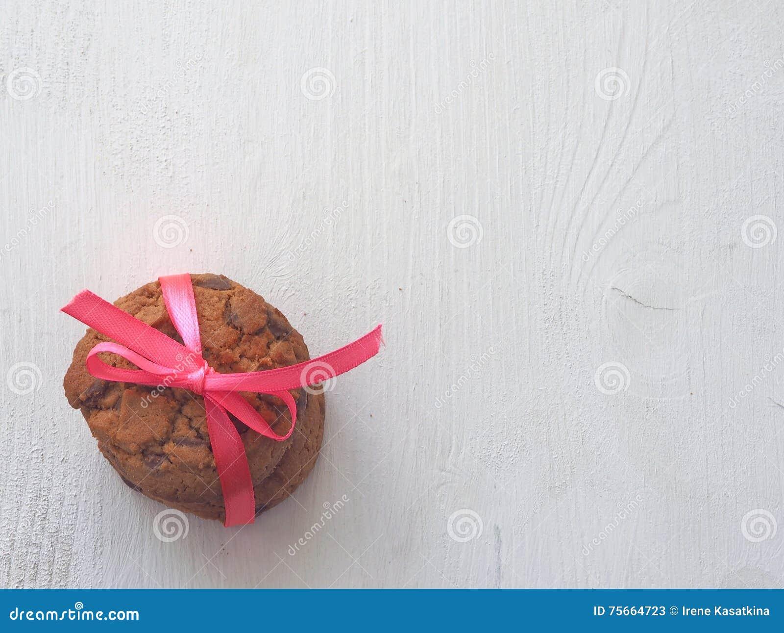 Συσσωρευμένα μπισκότα τσιπ σοκολάτας στο αγροτικό υπόβαθρο Αναδρομική τονισμένη, τοπ άποψη