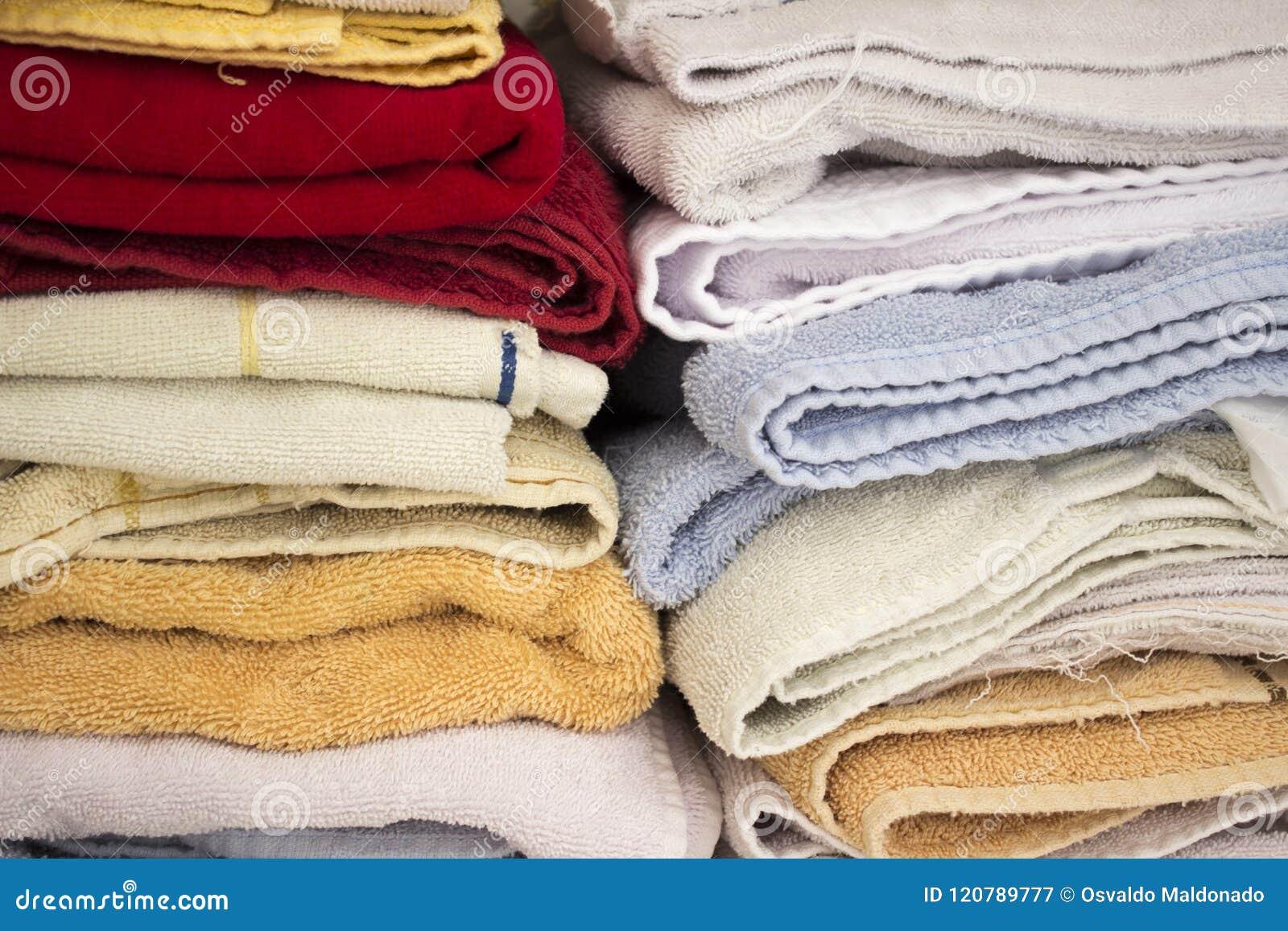 Συσσωρευμένες ζωηρόχρωμες πετσέτες μέσα σε ένα ντουλάπι