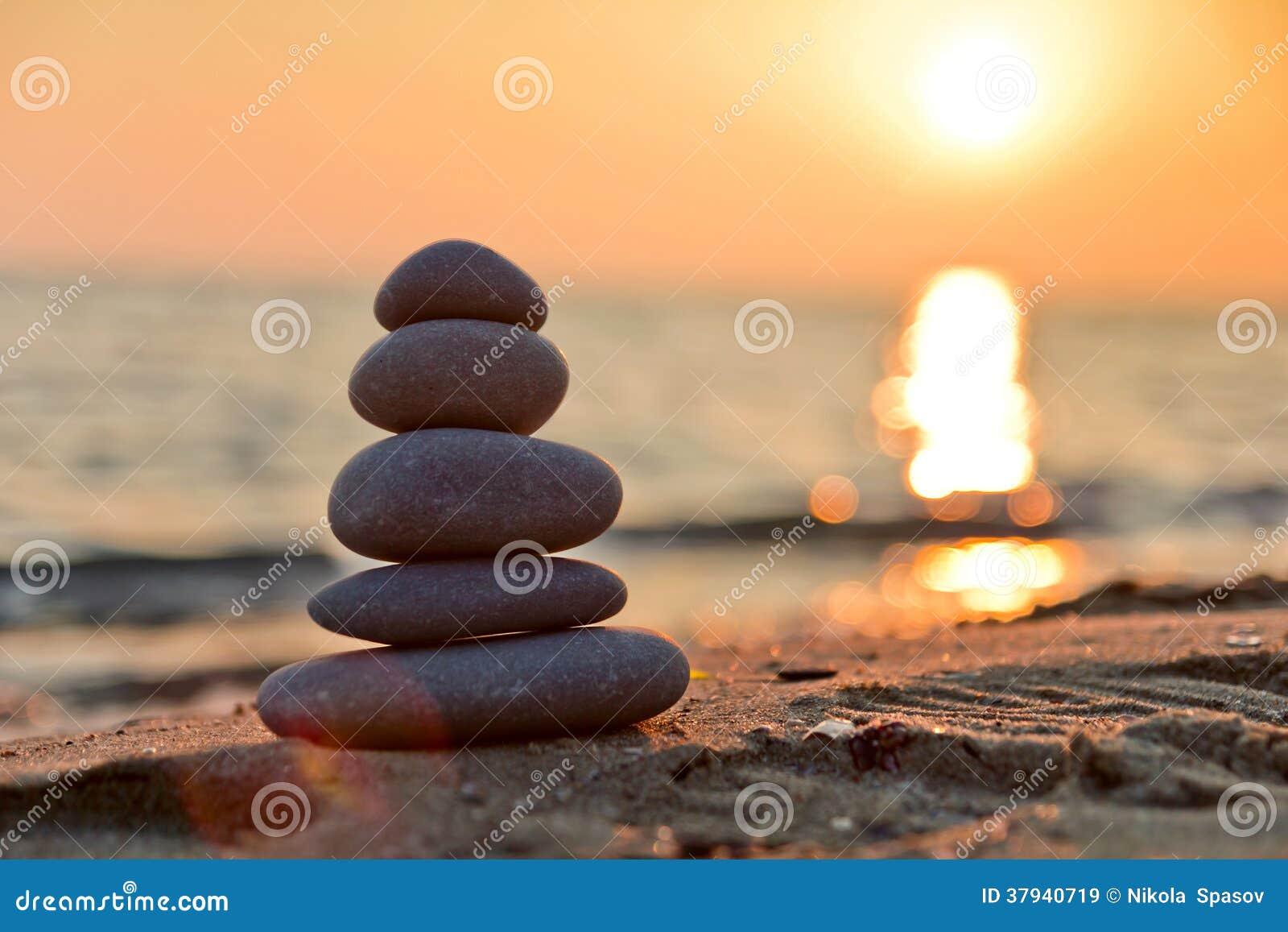 Συσσωρευμένες πέτρες και ηλιοβασίλεμα