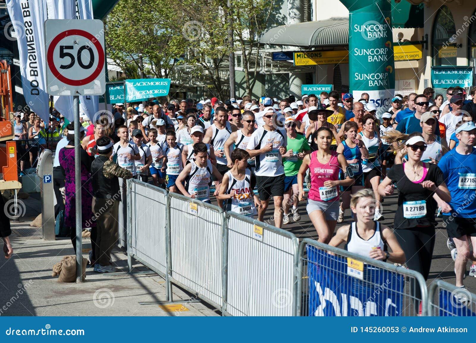 Συσσωρεύει το τρέξιμο στο δρόμο μέσω των οδών του Σίδνεϊ για ένα τρέξι