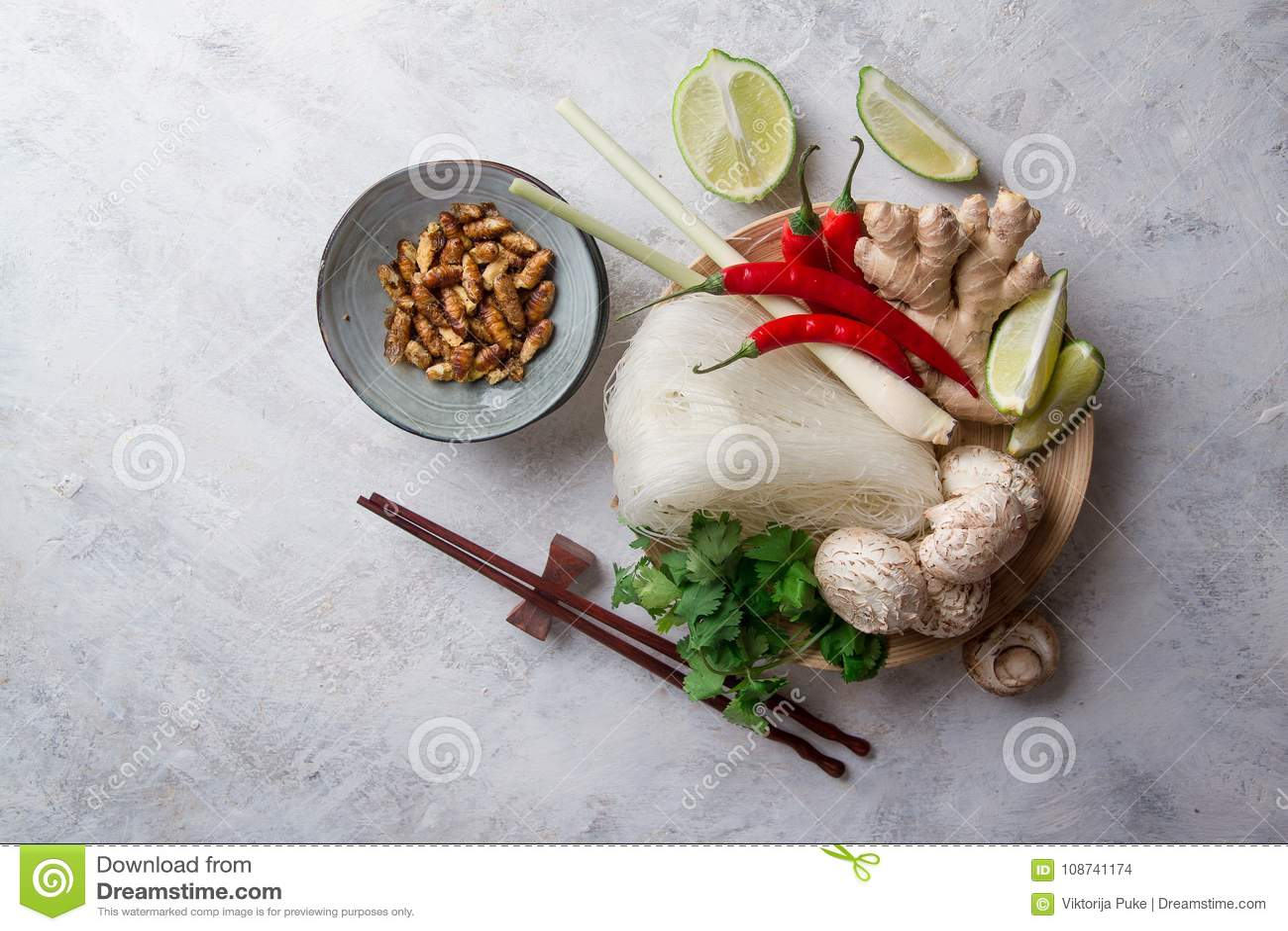 Συστατικά για τα πικάντικα ασιατικά τρόφιμα με το τηγανισμένο έντομο