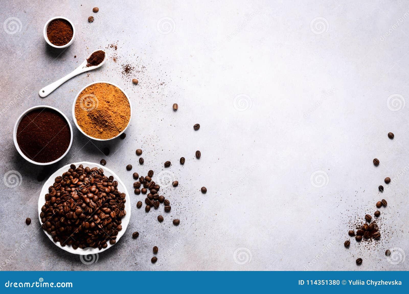 Συστατικά για την κατασκευή της καφεΐνης να πιει - καφετιά ζάχαρη καρύδων, φασόλια καφέ, έδαφος και στιγμιαίος καφές στο ελαφρύ σ