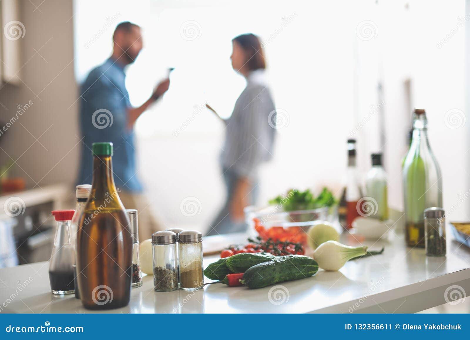 Συστατικά για το μαγείρεμα και ζεύγος στο θολωμένο υπόβαθρο