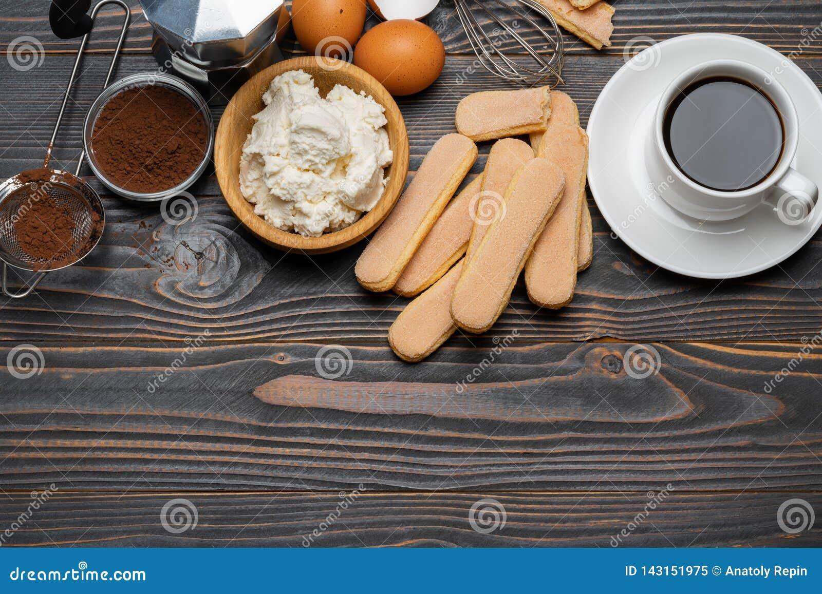 Συστατικά για το tiramisu μαγειρέματος - μπισκότα, mascarpone, κρέμα, ζάχαρη, κακάο, καφές και αυγό μπισκότων Savoiardi