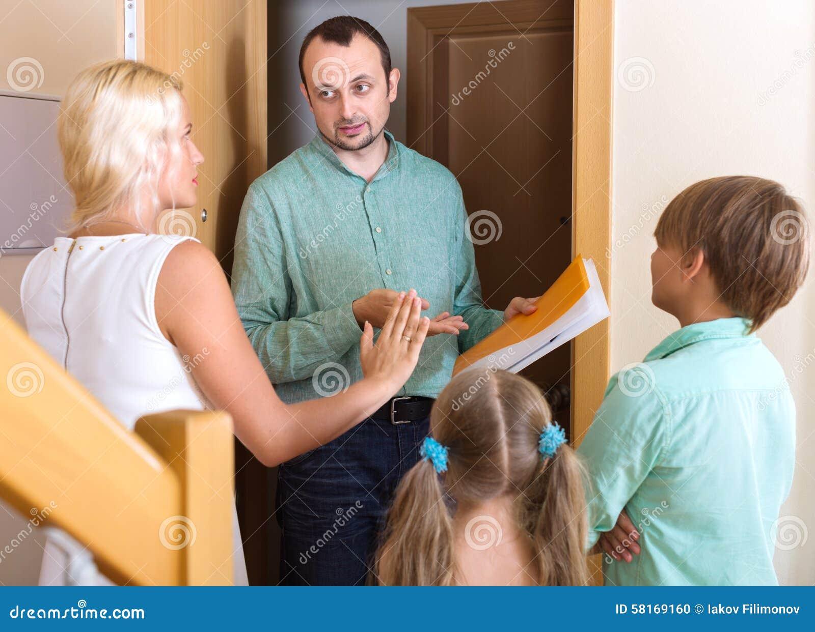 Συλλέκτης για να συλλέξει το χρέος από την οικογένεια