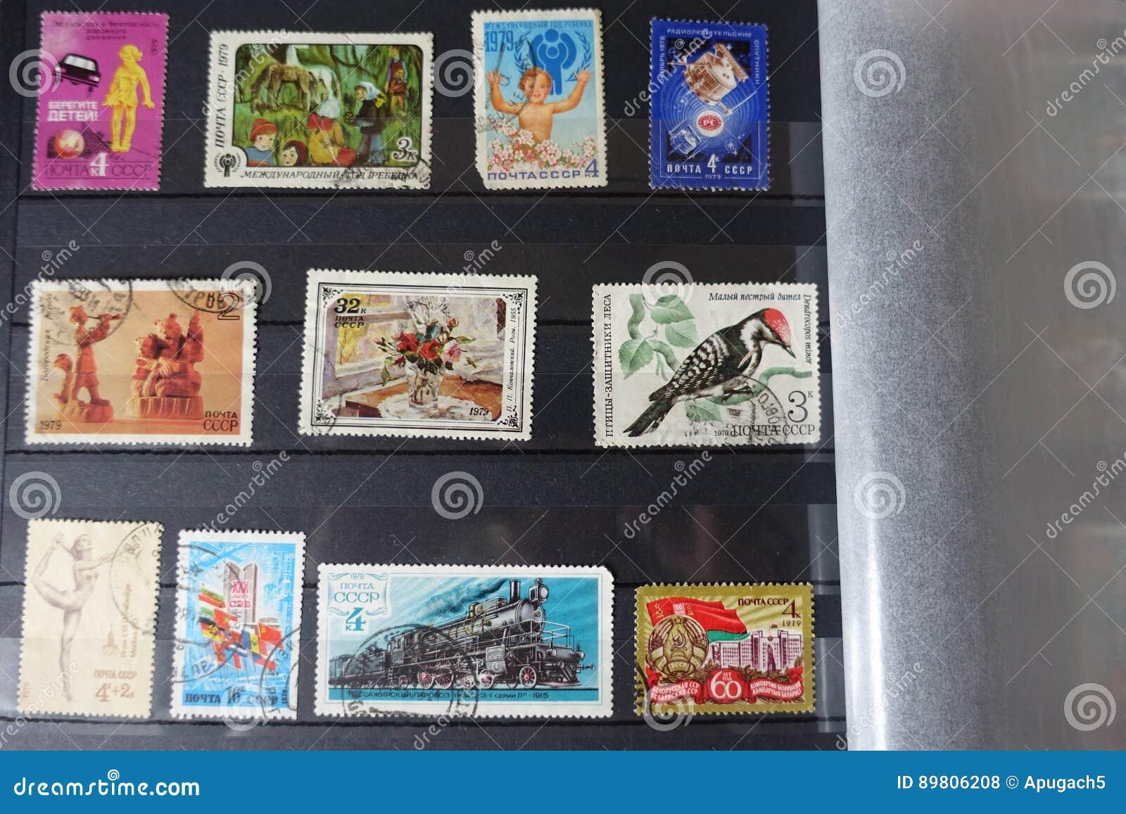 Συλλογή των παλαιών σοβιετικών γραμματοσήμων στο λεύκωμα