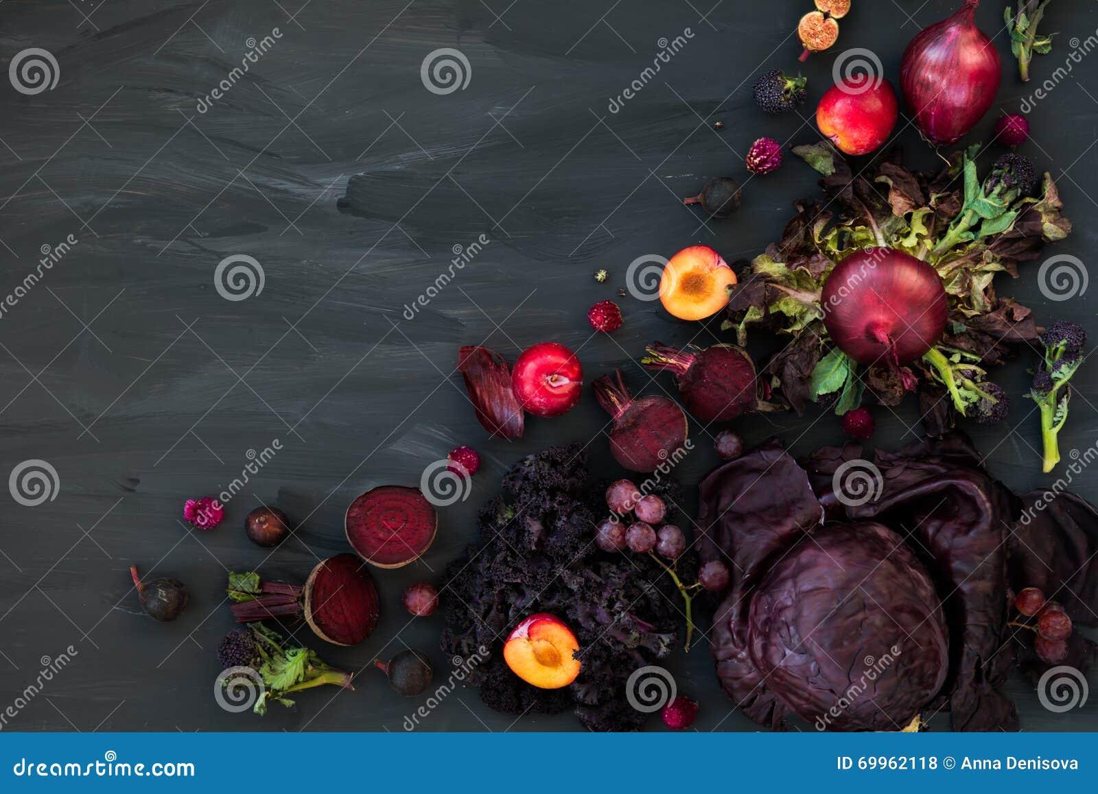 Συλλογή των φρέσκων πορφυρών φρούτων και λαχανικών