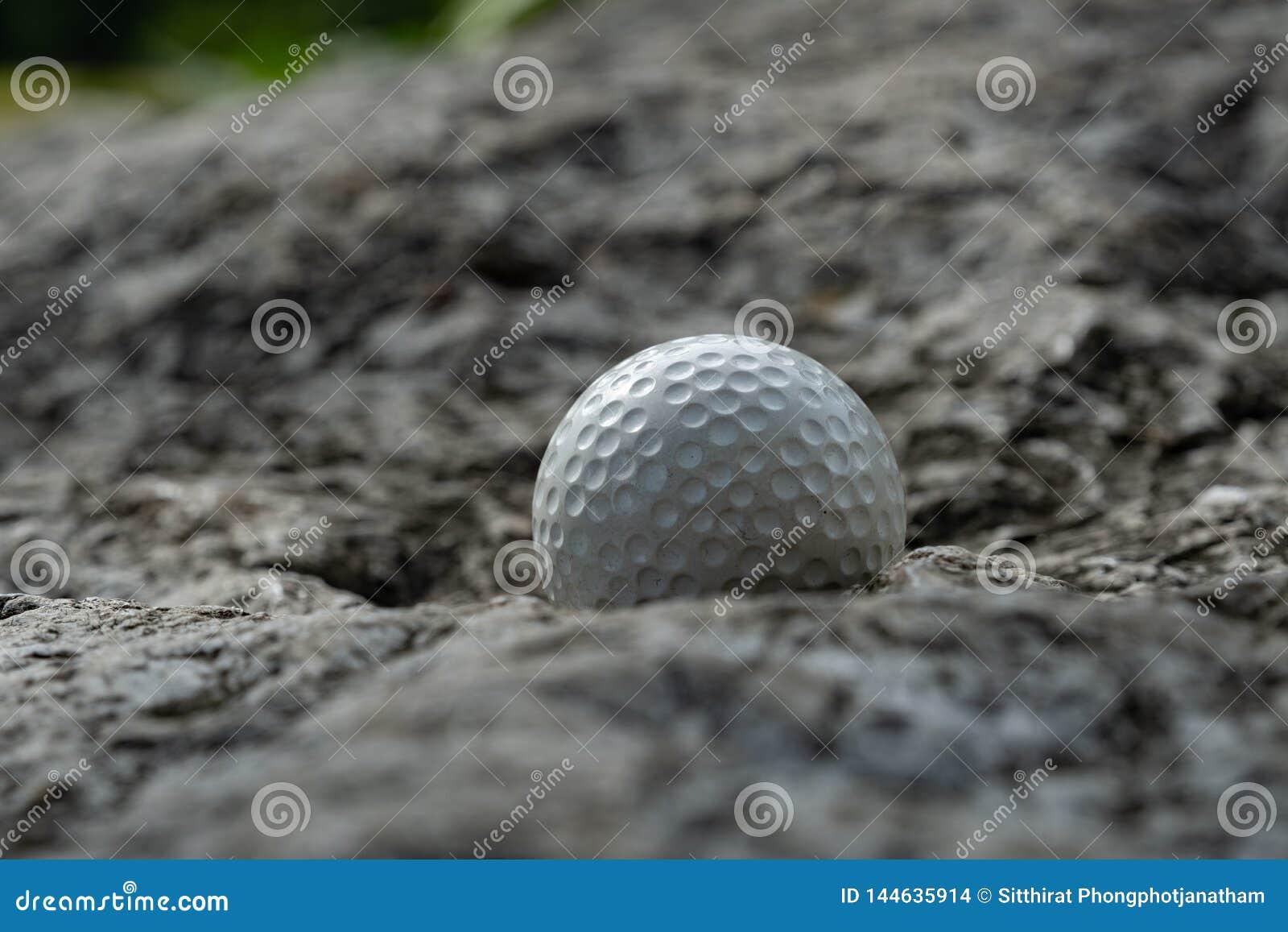 Σφαίρα γκολφ στο βράχο