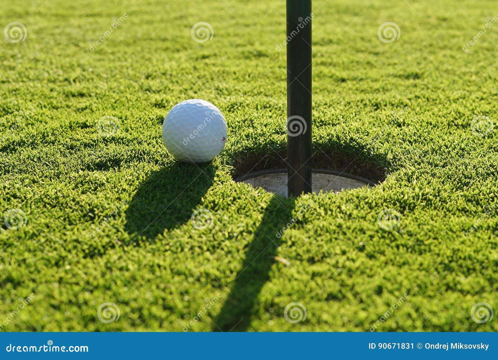 Σφαίρα γκολφ στο πράσινο