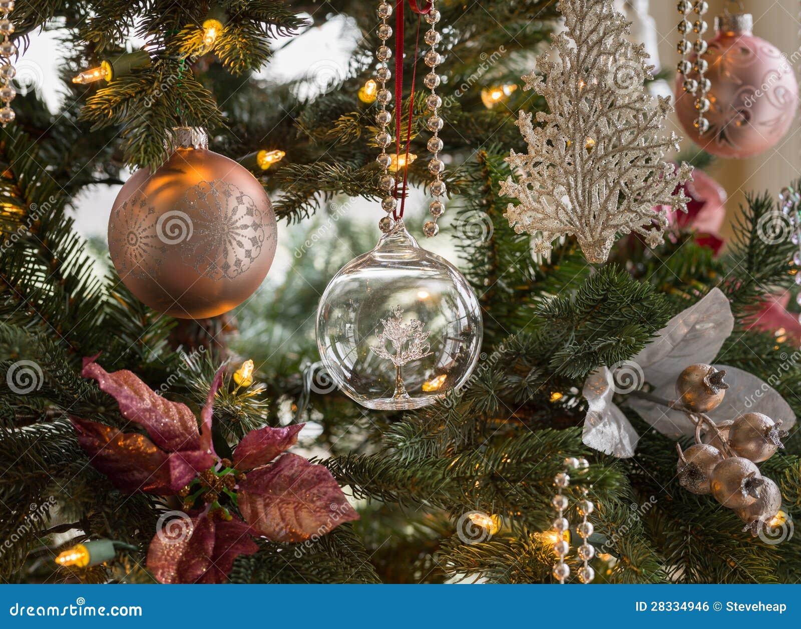 Σφαίρα γυαλιού στη λεπτομέρεια χριστουγεννιάτικων δέντρων