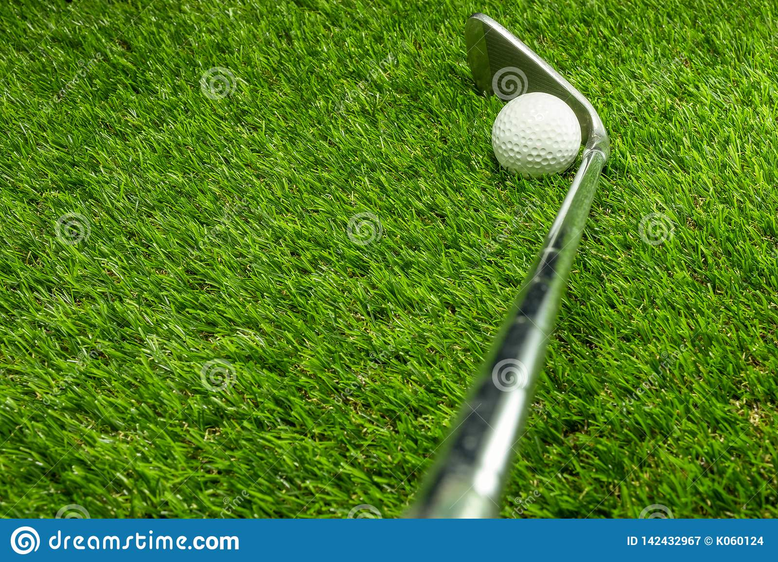 Σφαίρα και γκολφ κλαμπ γκολφ στη χλόη