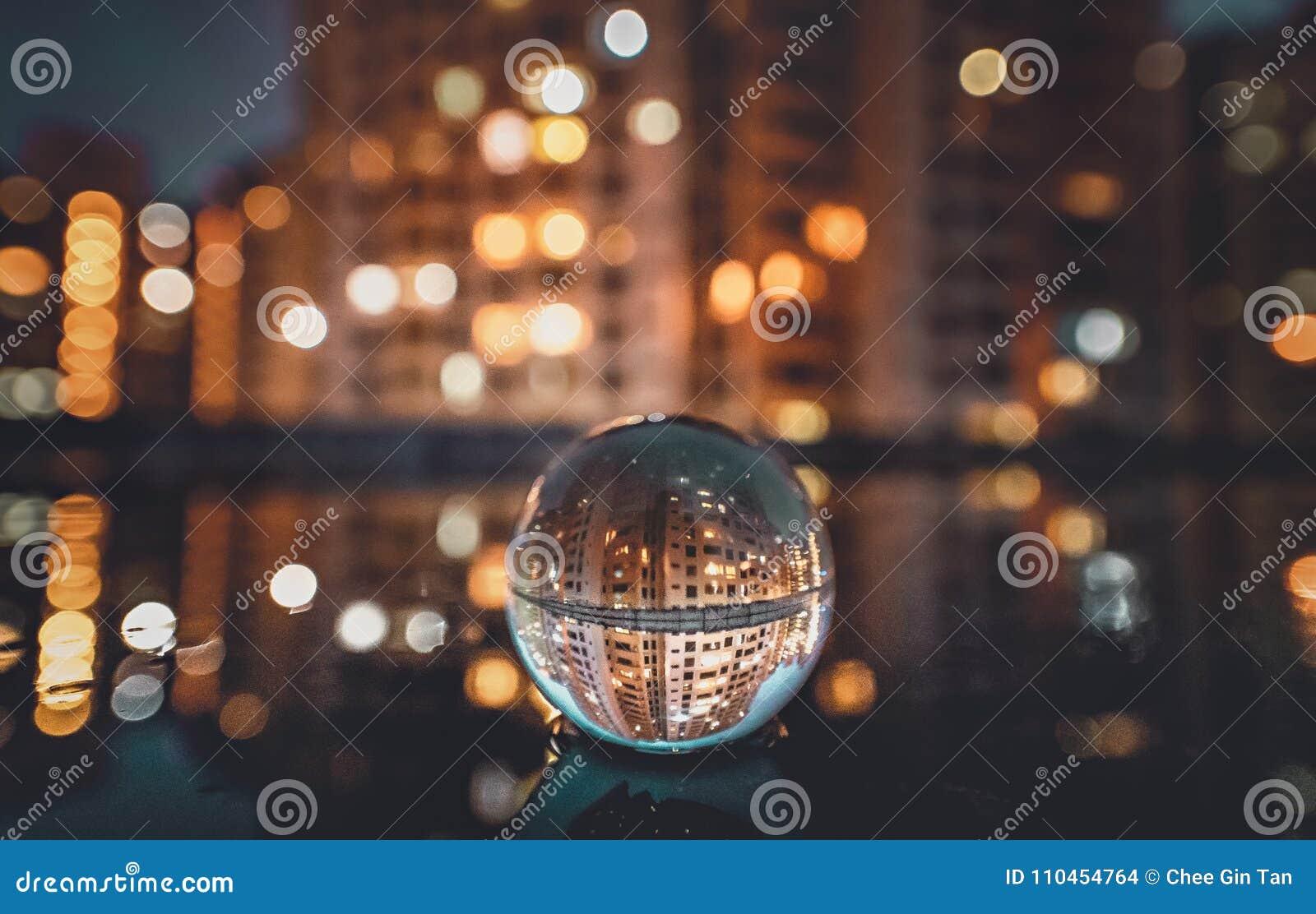 Σφαίρα κρυστάλλου που απεικονίζει τη εικονική παράσταση πόλης νύχτας