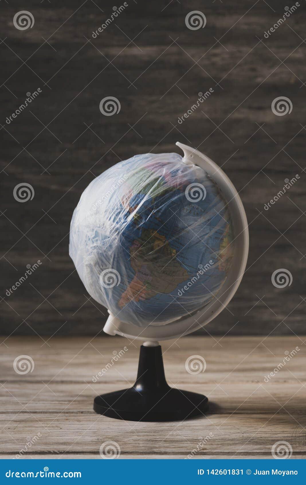Σφαίρα που τυλίγεται παγκόσμια στο πλαστικό