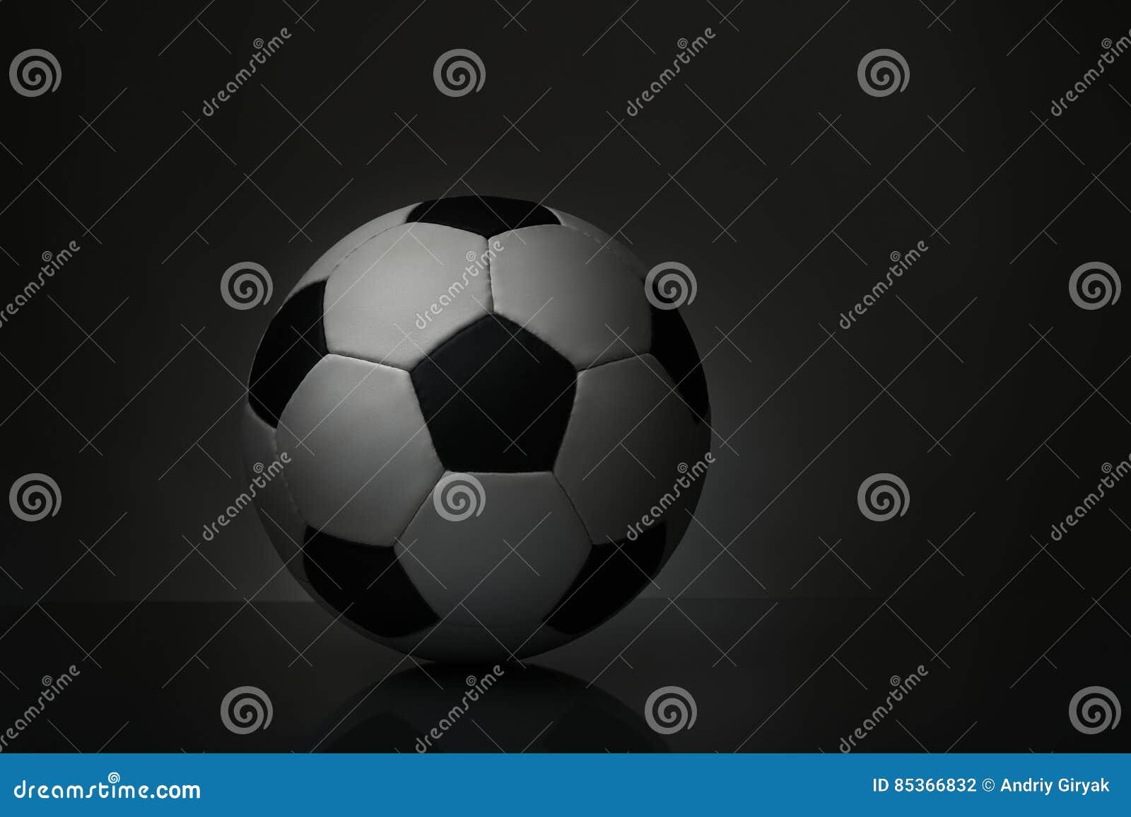 Σφαίρα ποδοσφαίρου στη σκοτεινή ανασκόπηση
