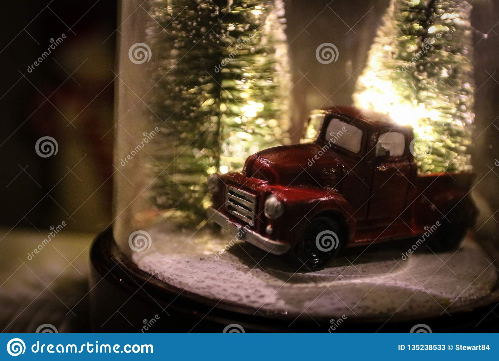 Σφαίρα χιονιού Χριστουγέννων με τα χειμερινά δέντρα & το εκλεκτής ποιότητας φορτηγό