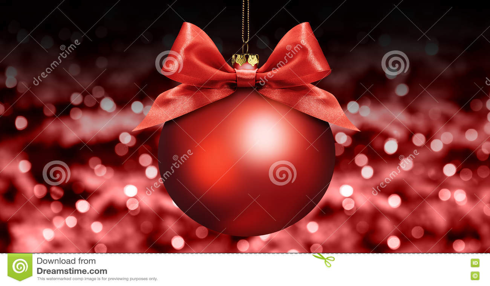 Σφαίρα Χριστουγέννων με το κόκκινο τόξο κορδελλών σατέν στα κόκκινα θολωμένα φω τα β