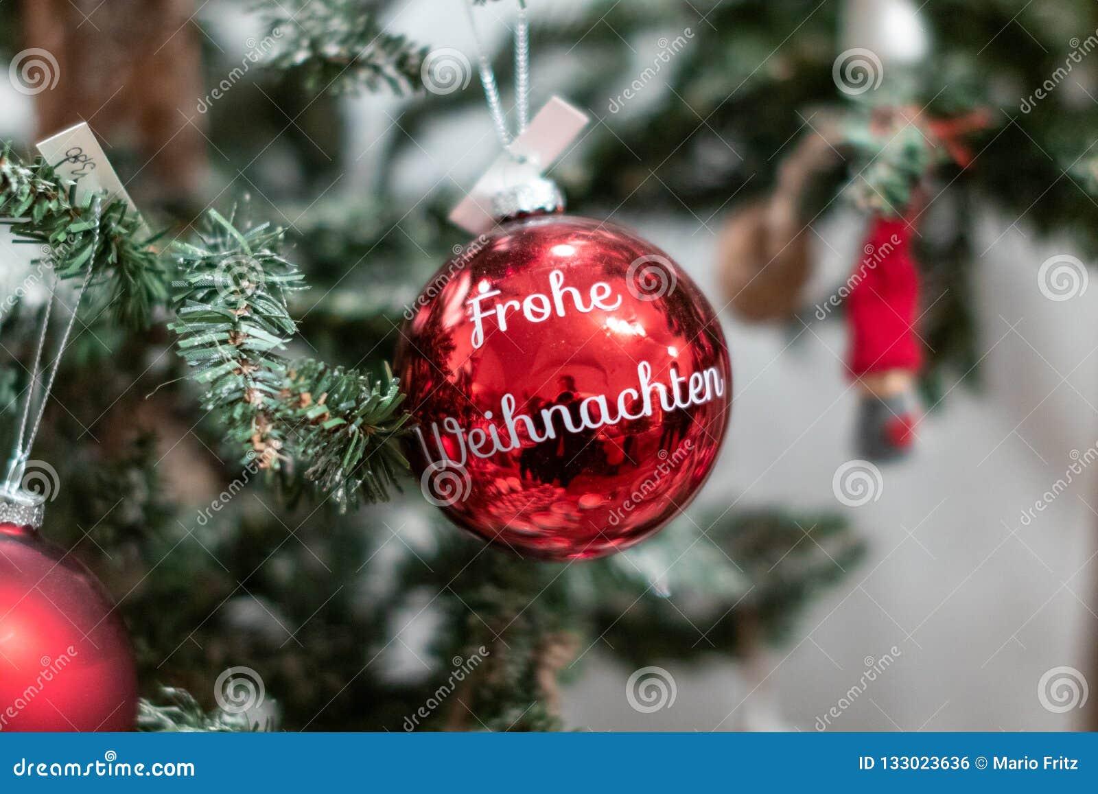"""Σφαίρες κόκκινες Χριστουγέννων με """"Frohe Weihnachten """"σε το Weihnachtskugel mit Frohe Weihnachten"""