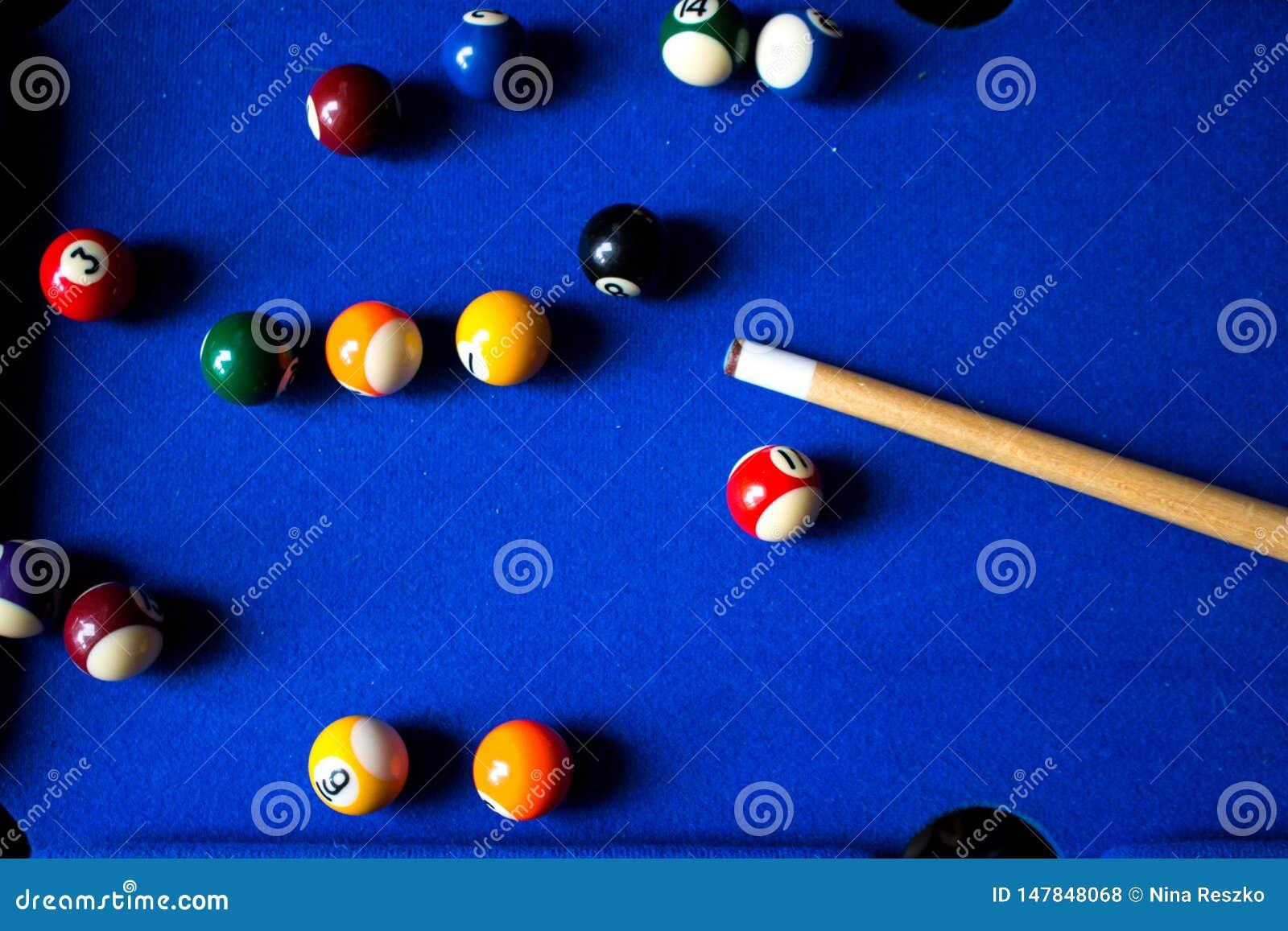 Σφαίρες μπιλιάρδου λιμνών στο μπλε σύνολο παιχνιδιών επιτραπέζιου αθλητισμού Σνούκερ, παιχνίδι λιμνών