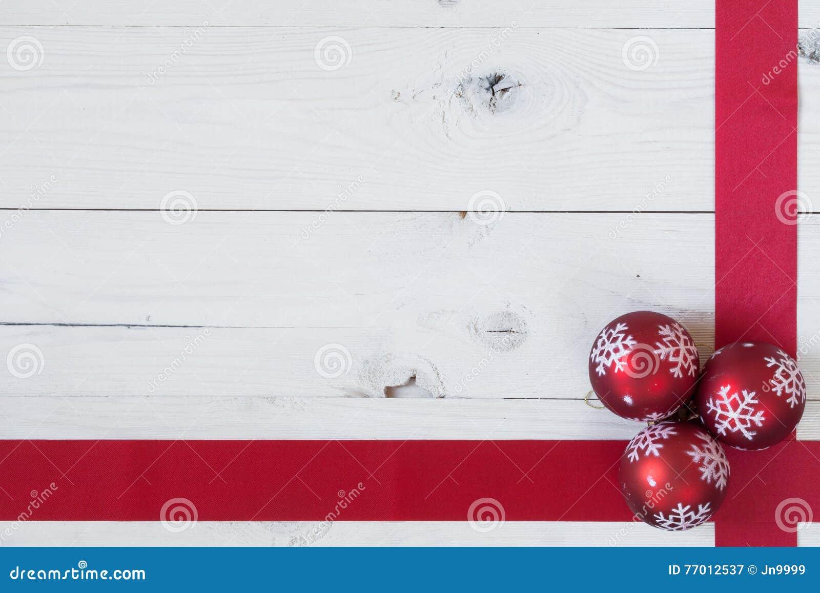 Σφαίρες Χριστουγέννων και μια κορδέλλα