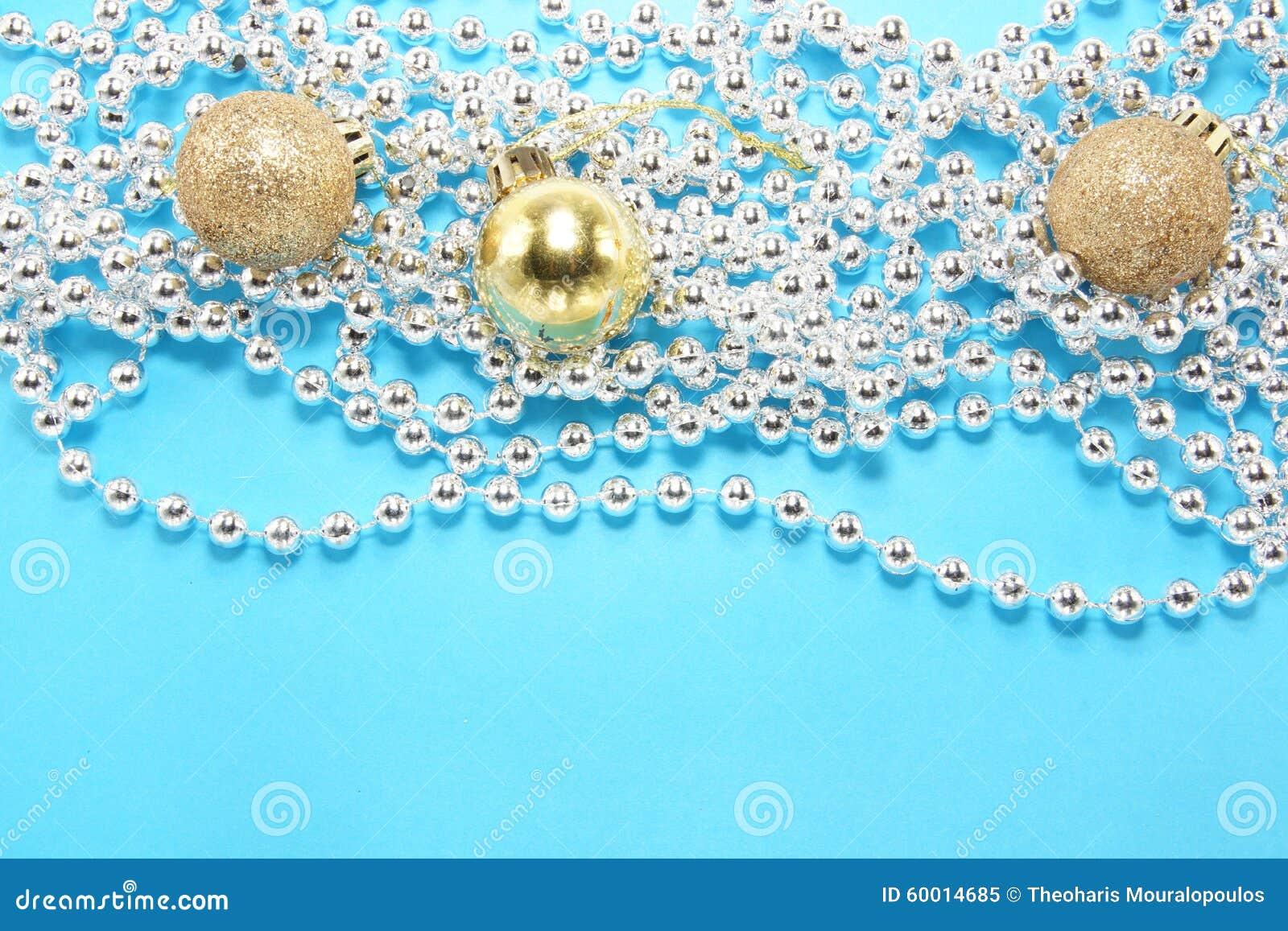Σφαίρες Χριστουγέννων με την ασημένια κορδέλλα