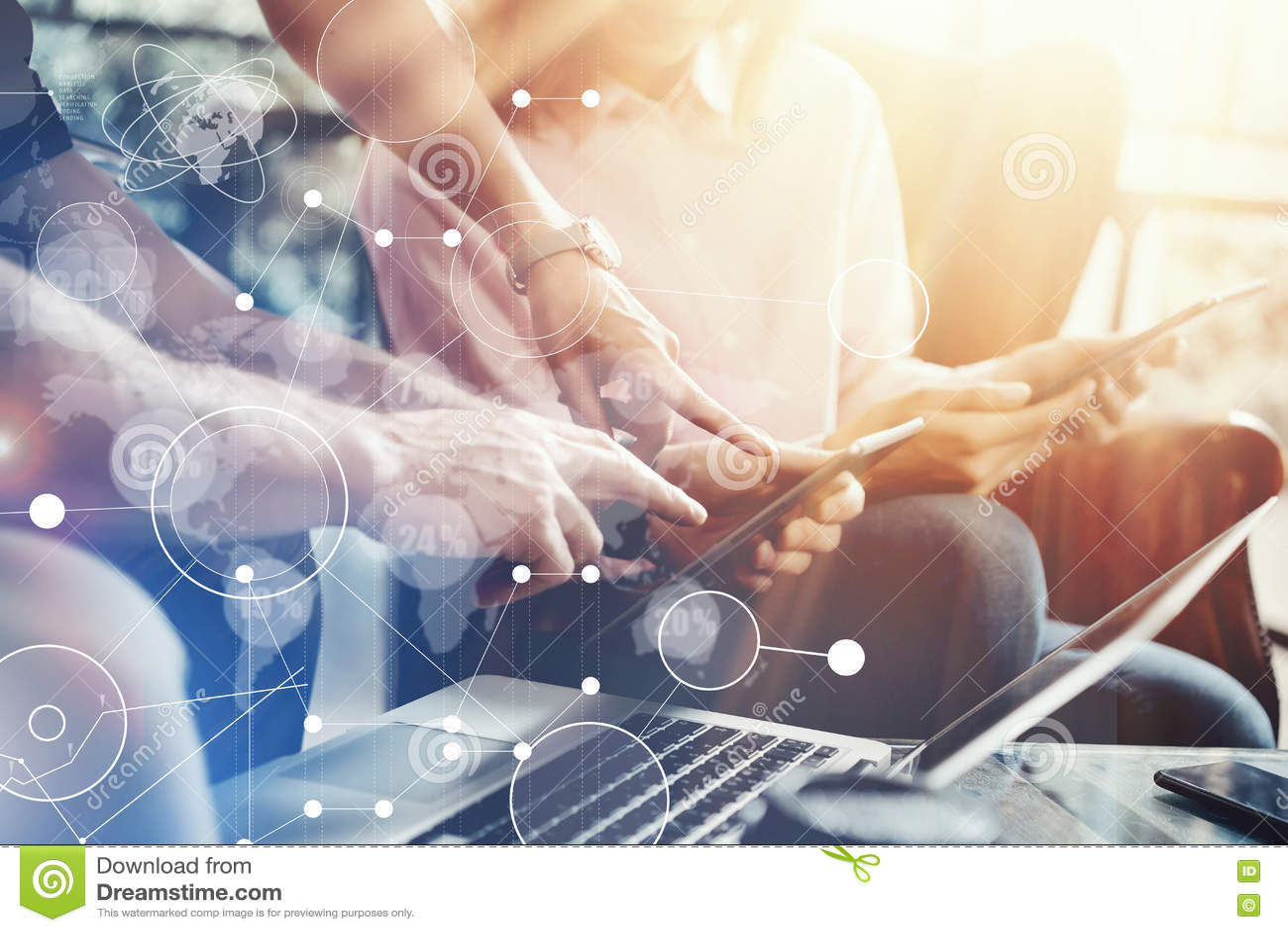 Σφαιρική έρευνα μάρκετινγκ διεπαφών γραφικών παραστάσεων εικονιδίων σύνδεσης εικονική Η νέα ομάδα συναδέλφων αναλύει την έκθεση σ