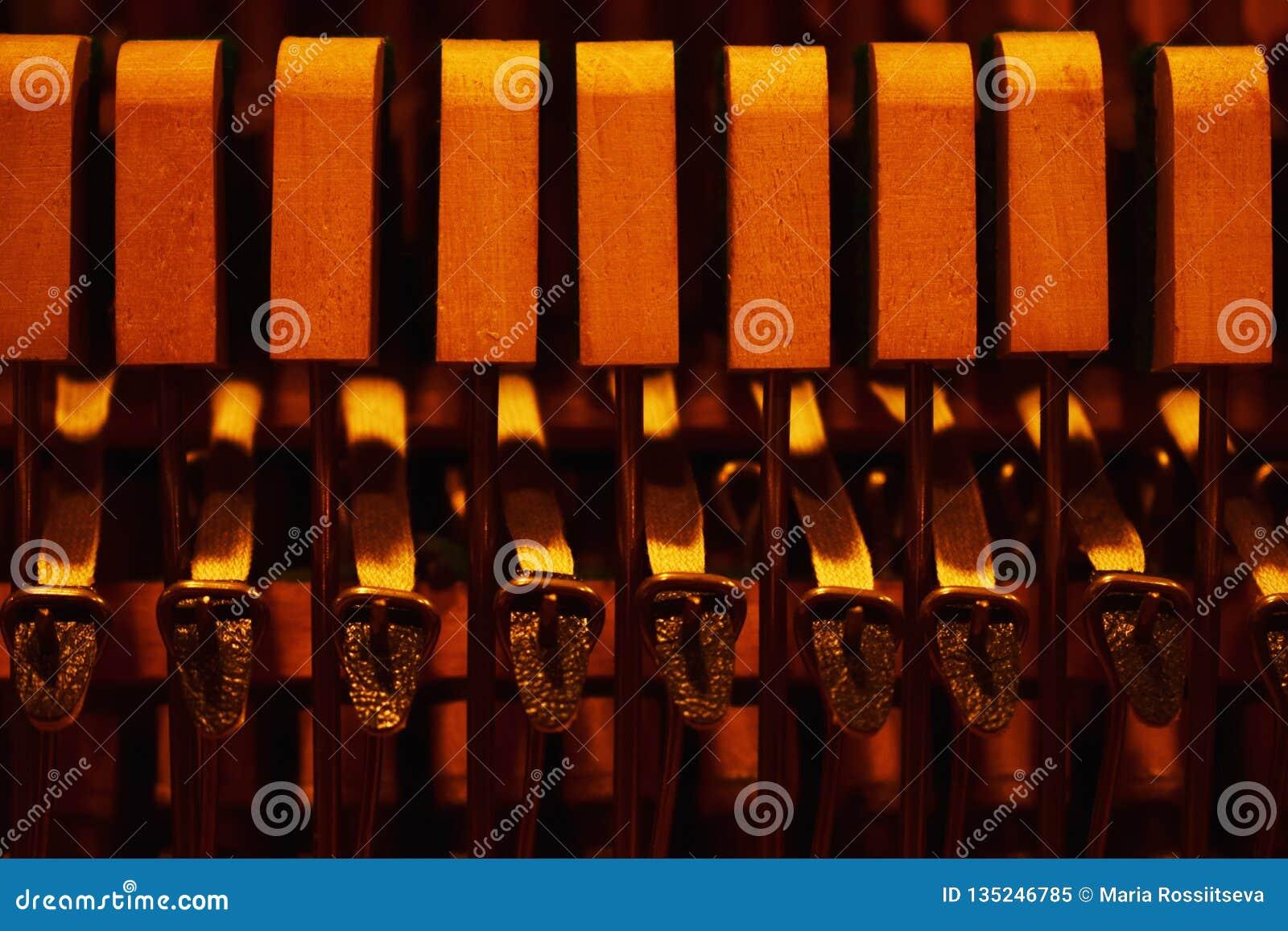 Σφυριά και σειρές μέσα στο πιάνο
