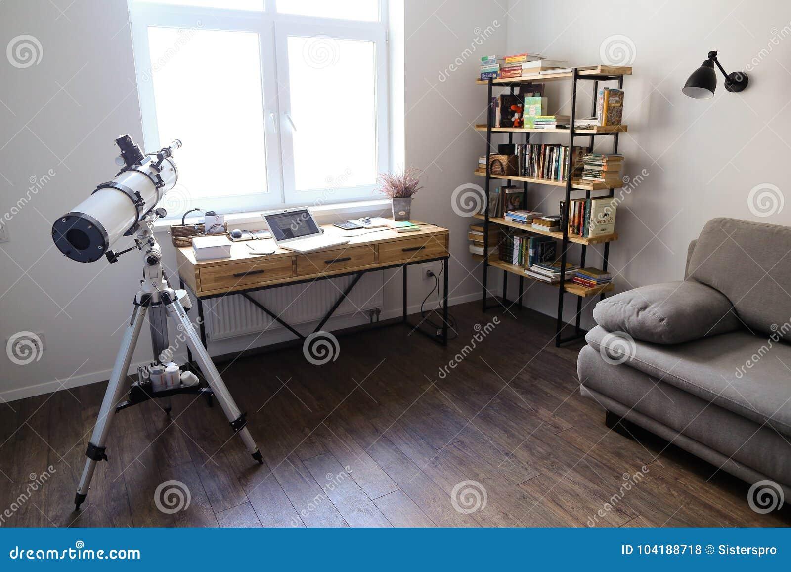 Σχέδιο και εξοπλισμένο γραφείο για την εργασία με τις συσκευές στο spacio