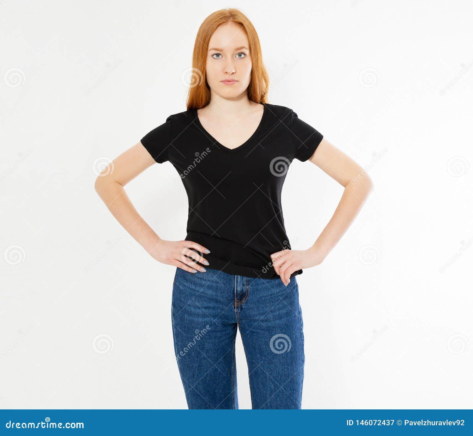 Σχέδιο μπλουζών, ευτυχής έννοια ανθρώπων - χαμογελώντας κόκκινη γυναίκα τρίχας στην κενή μαύρη μπλούζα που δείχνει τα δάχτυλά της