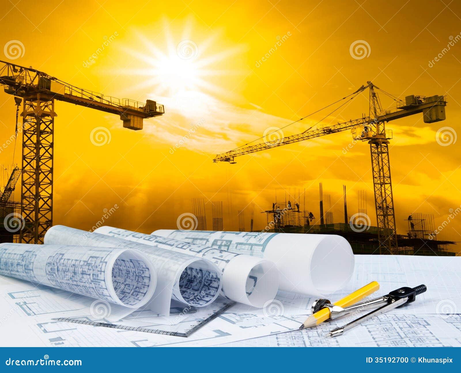 Σχέδιο αρχιτεκτόνων για το λειτουργώντας πίνακα με το υπόβαθρο οικοδόμησης γερανών και κτηρίου