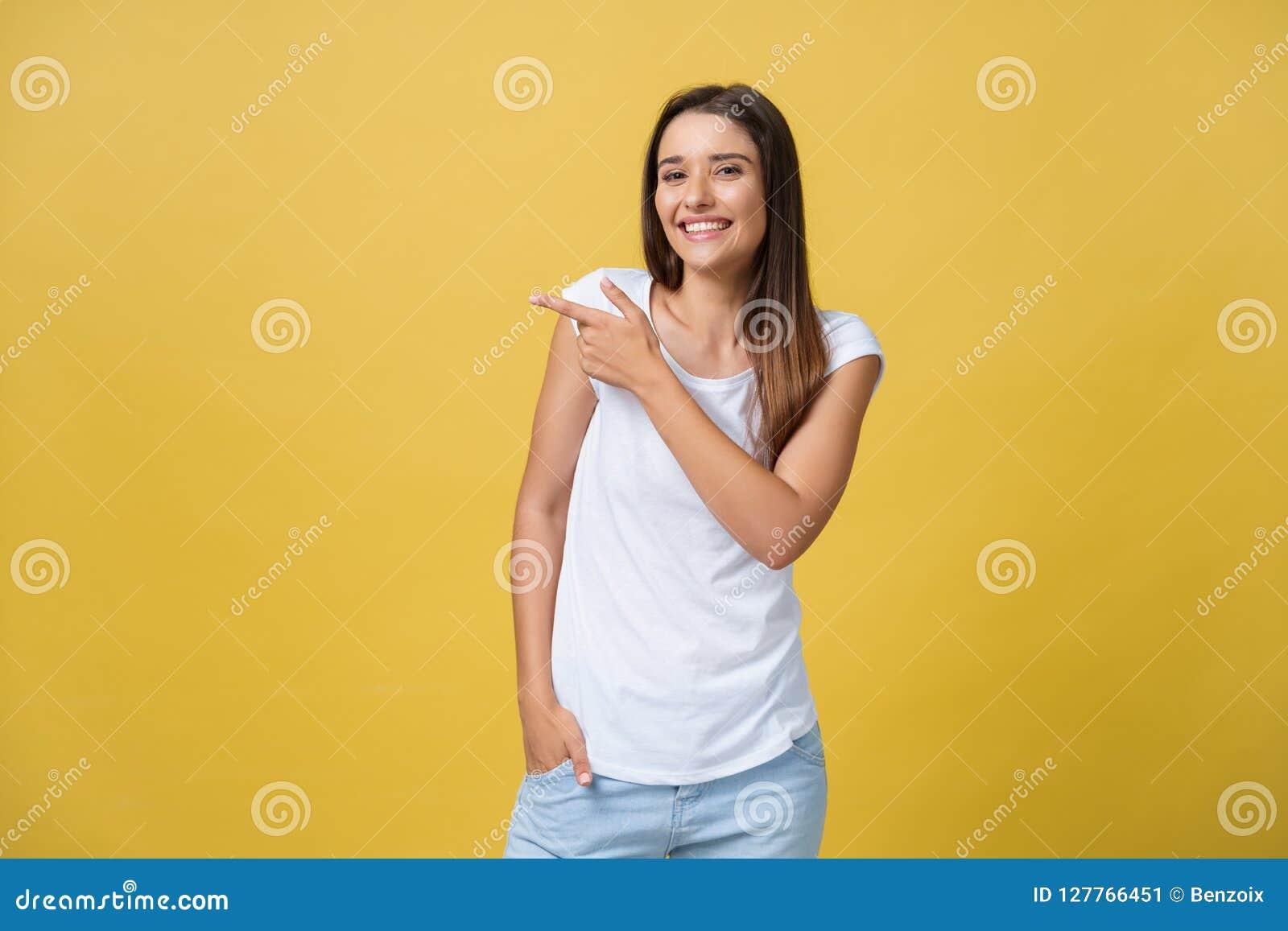 Σχεδιάγραμμα μιας γυναίκας που δείχνει στο διάστημα αντιγράφων για μια διαφήμιση που απομονώνεται σε ένα κίτρινο υπόβαθρο