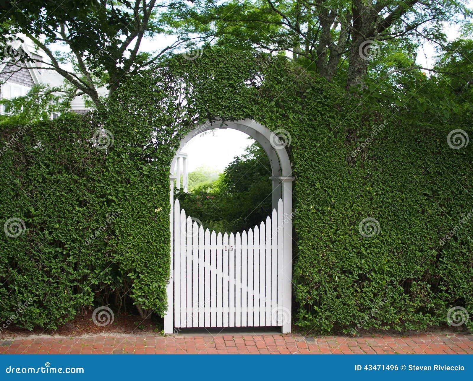 Σχηματισμένοι αψίδα άξονας και πύλη κήπων