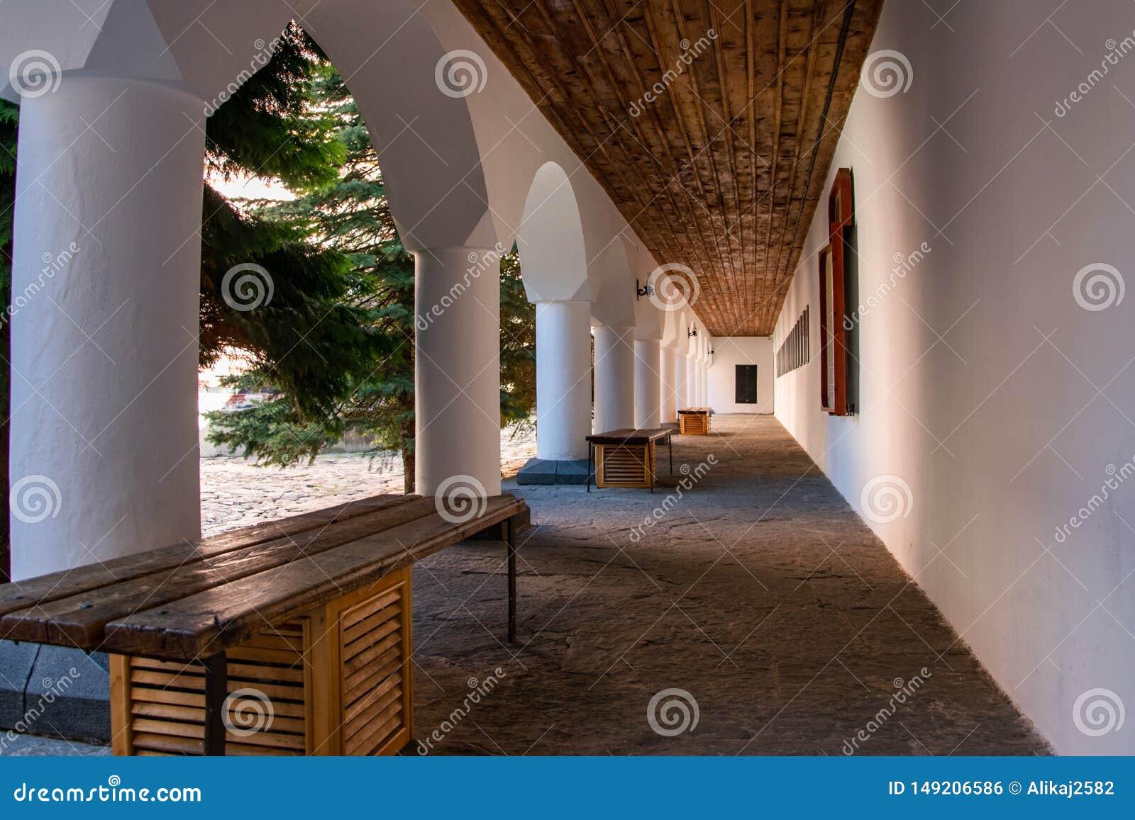 Σχηματισμένος αψίδα διάδρομος στο προαύλιο του ορθόδοξου μοναστηριού Rila