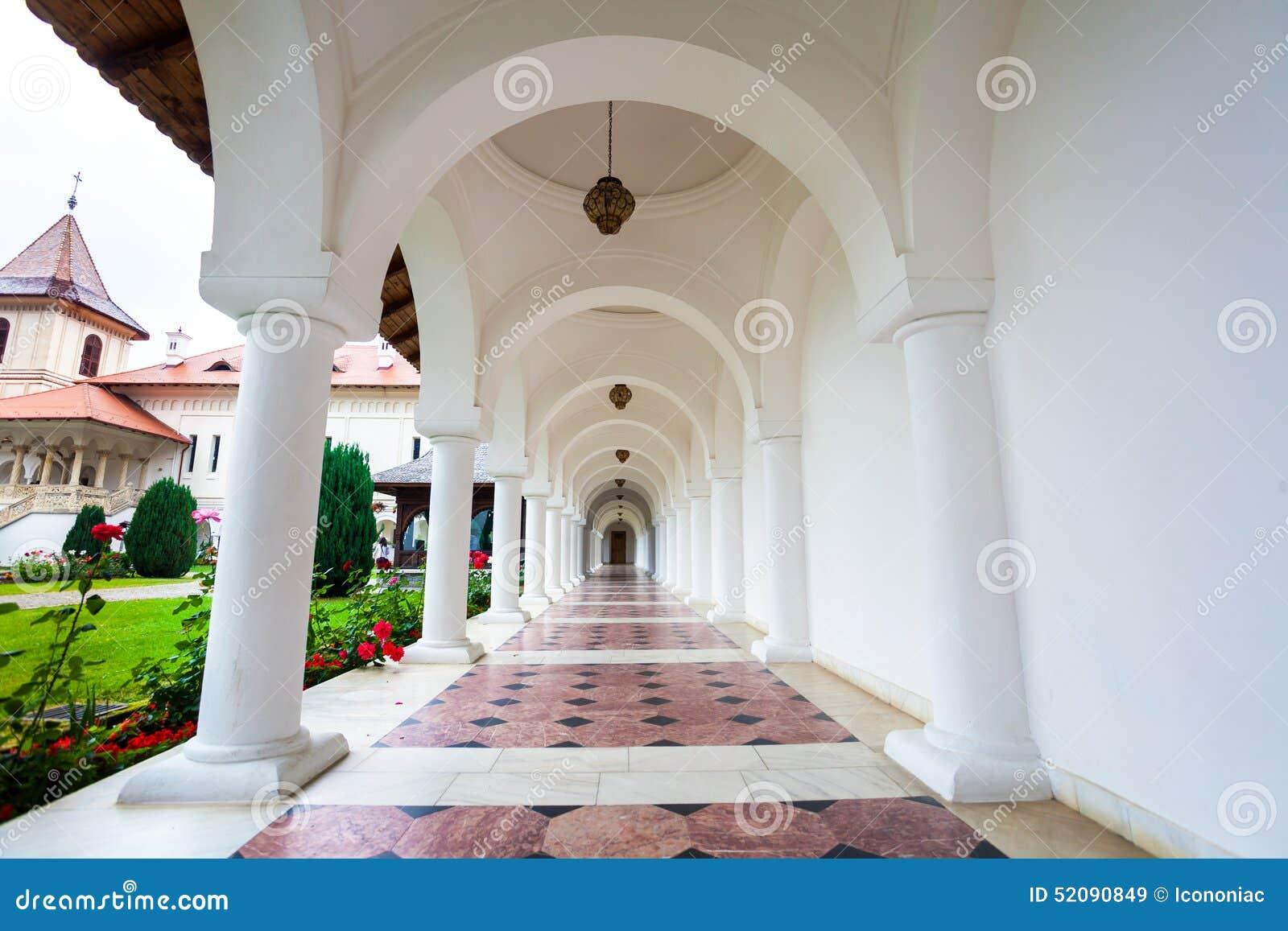 Σχηματισμένος αψίδα colonade διάδρομος Sambata de Sus στο μοναστήρι σε Transylva