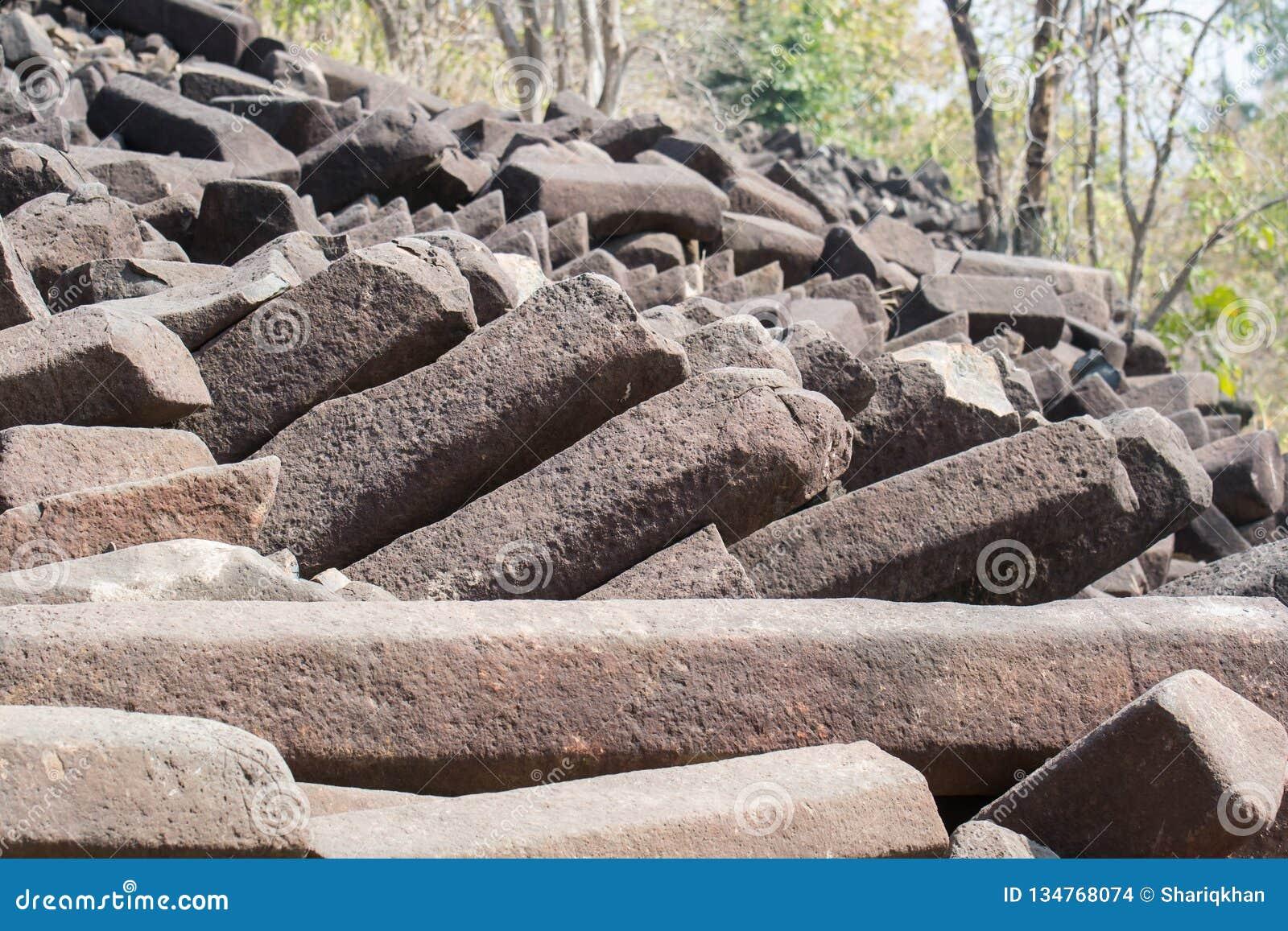 Σχηματισμοί βράχου στηλών βασαλτών Ινδία