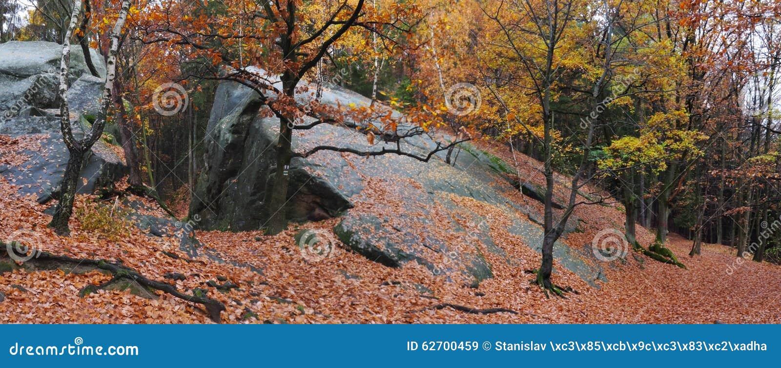 Σχηματισμός βουνών Kralky στους vrchy λόφους Hostynske