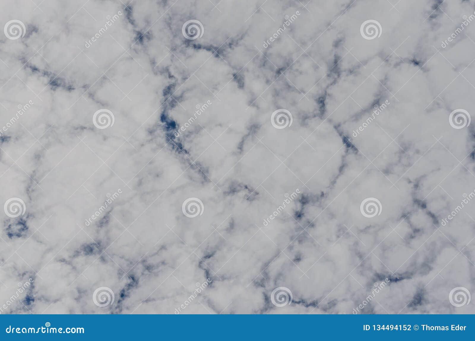 Σχισμένη κάλυψη σύννεφων