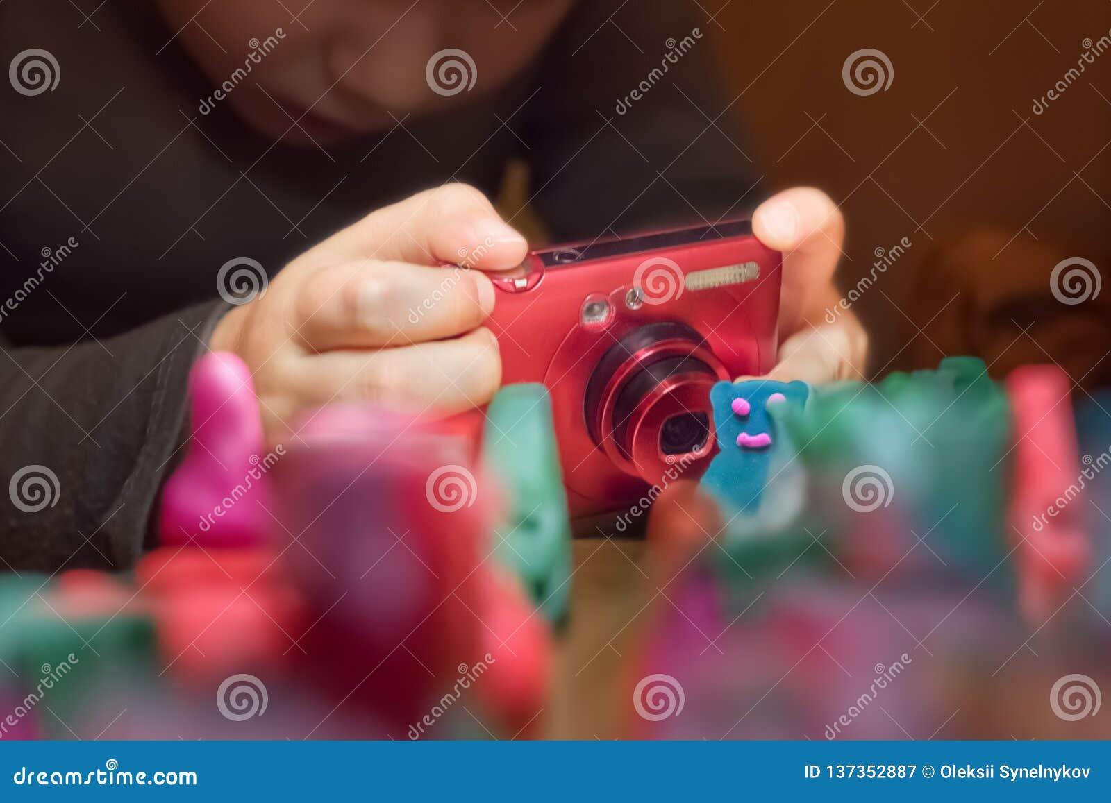 Σχολείο φωτογραφίας Σχολείο ζωτικότητας Νέος φωτογράφος που παίρνει τη φωτογραφία