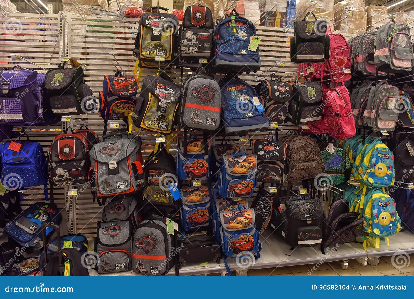 f3be4fa845b Ρωσία, η Αγία Πετρούπολη, 22.07.2017 σχολικά σακίδια πλάτης στο κατάστημα