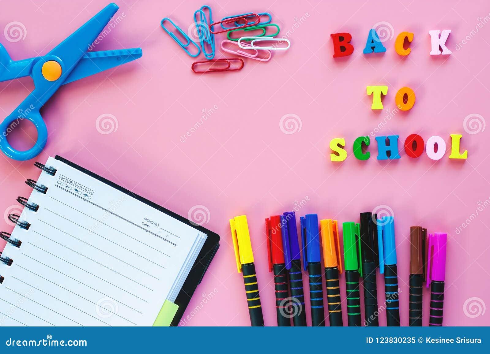 Σχολικές προμήθειες με το ξύλινο κείμενο ΠΙΣΩ στο ΣΧΟΛΕΙΟ στο ρόδινο backgrou