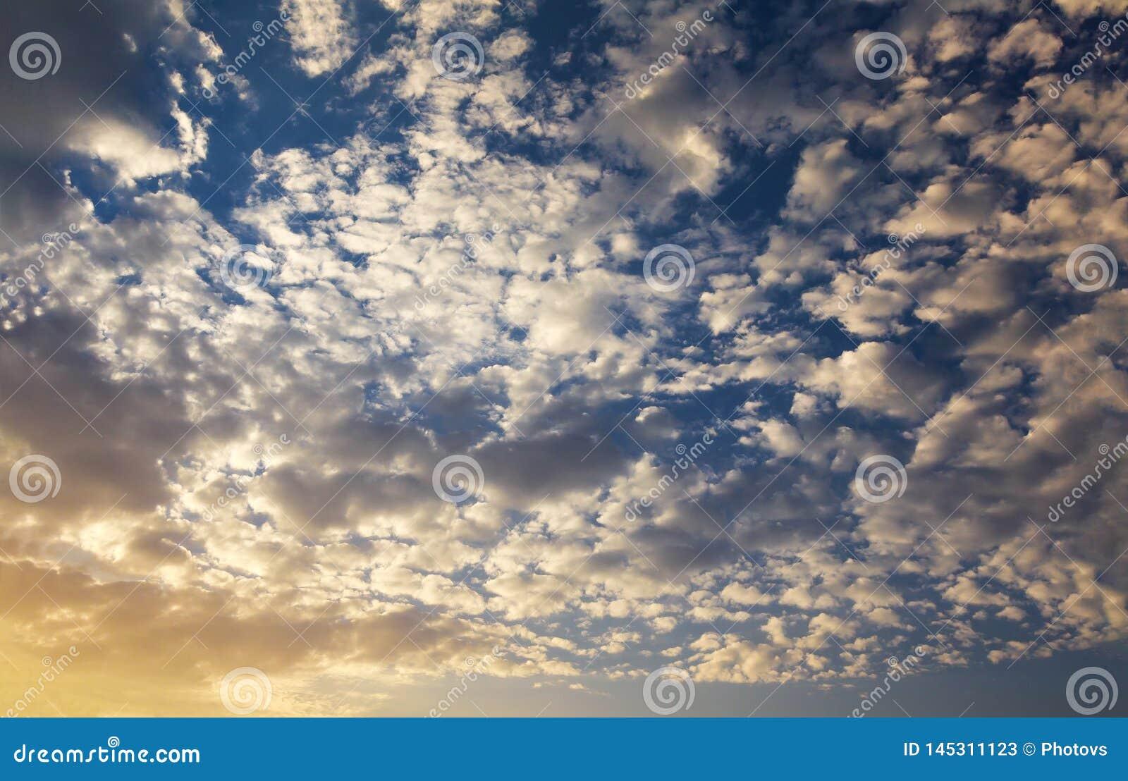 Σωρείτης με των σύννεφων σε ένα όμορφο ηλιοβασίλεμα