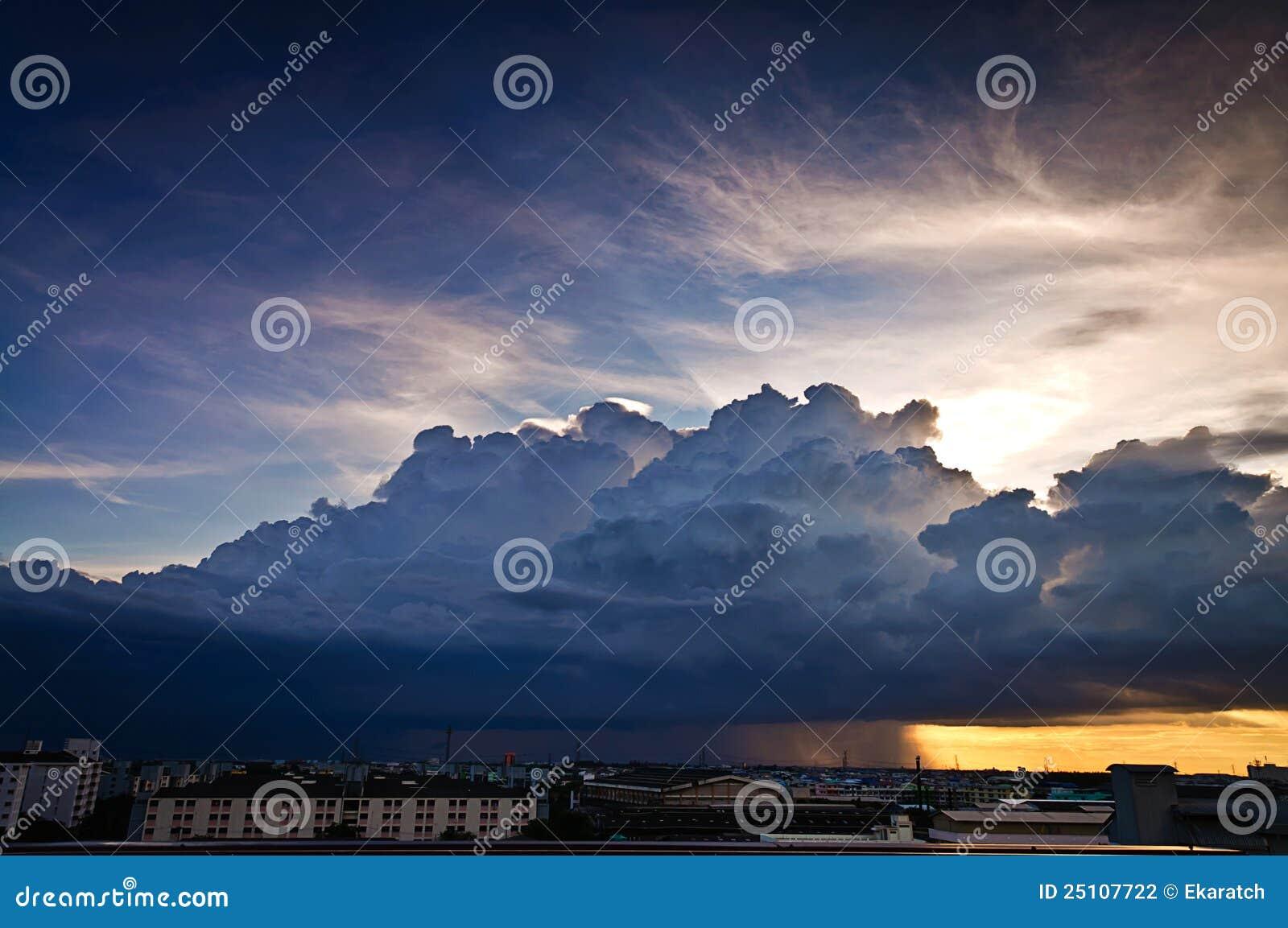 σωρείτης Nimbus σύννεφων πόλεων πέρα από τη βροχή