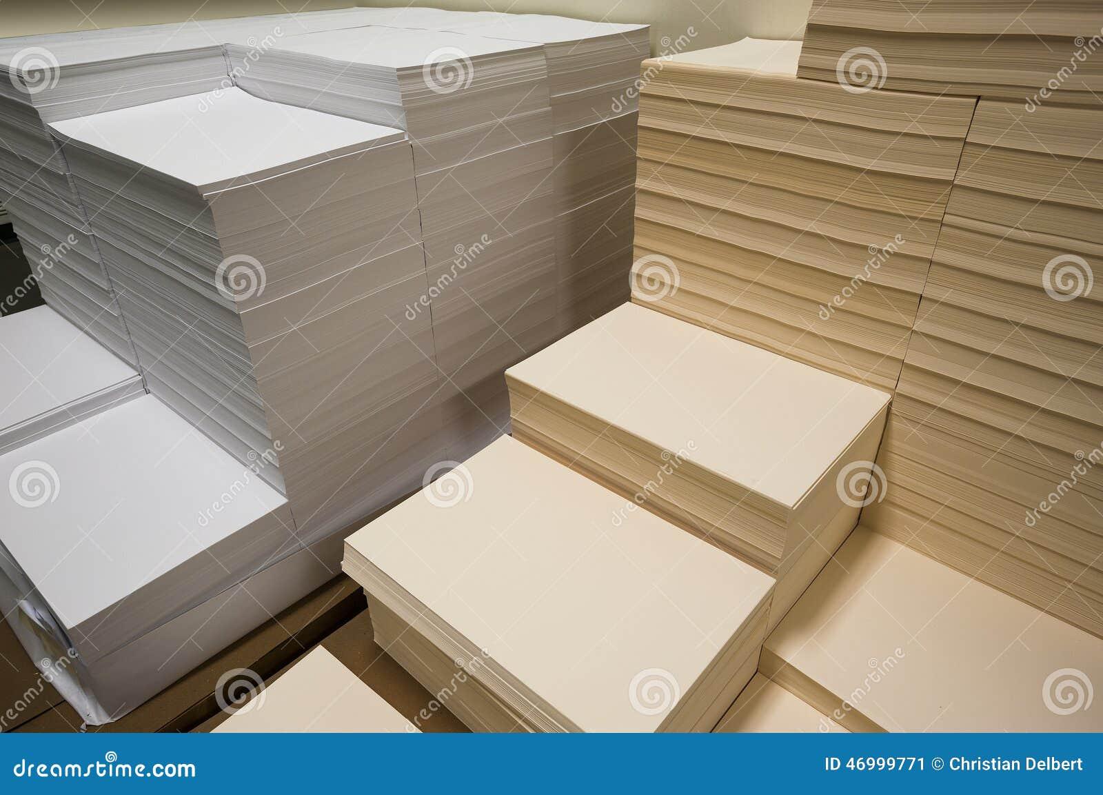 Σωροί του άσπρου και μπεζ εγγράφου