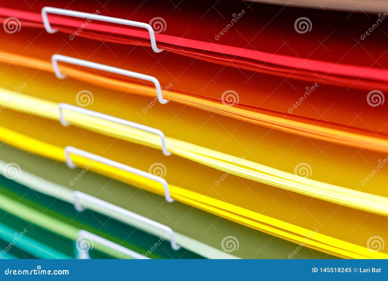 Σωροί του χρωματισμένου χαρτονιού για το σχέδιο