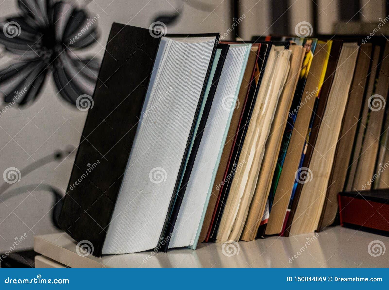 Σωρός παλαιού και των καινούργιων βιβλίων