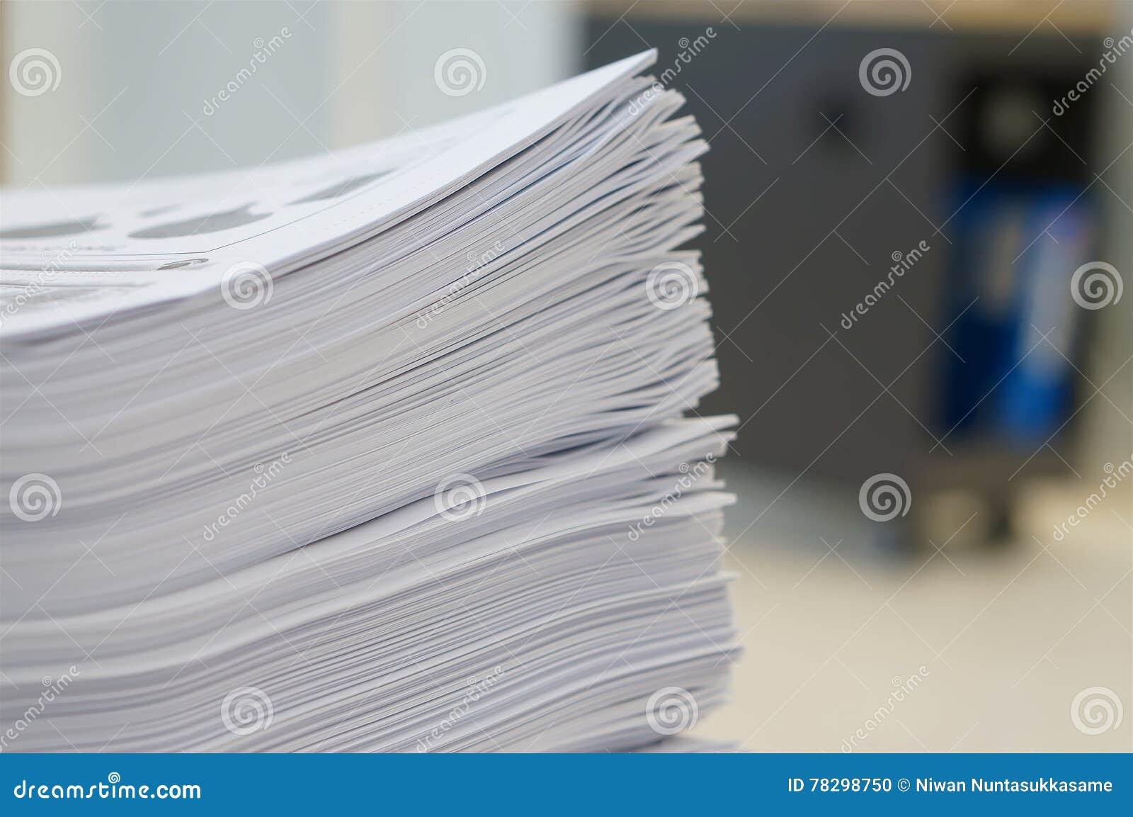 Σωρός του φύλλου εργασίας εγγράφων στο γραφείο