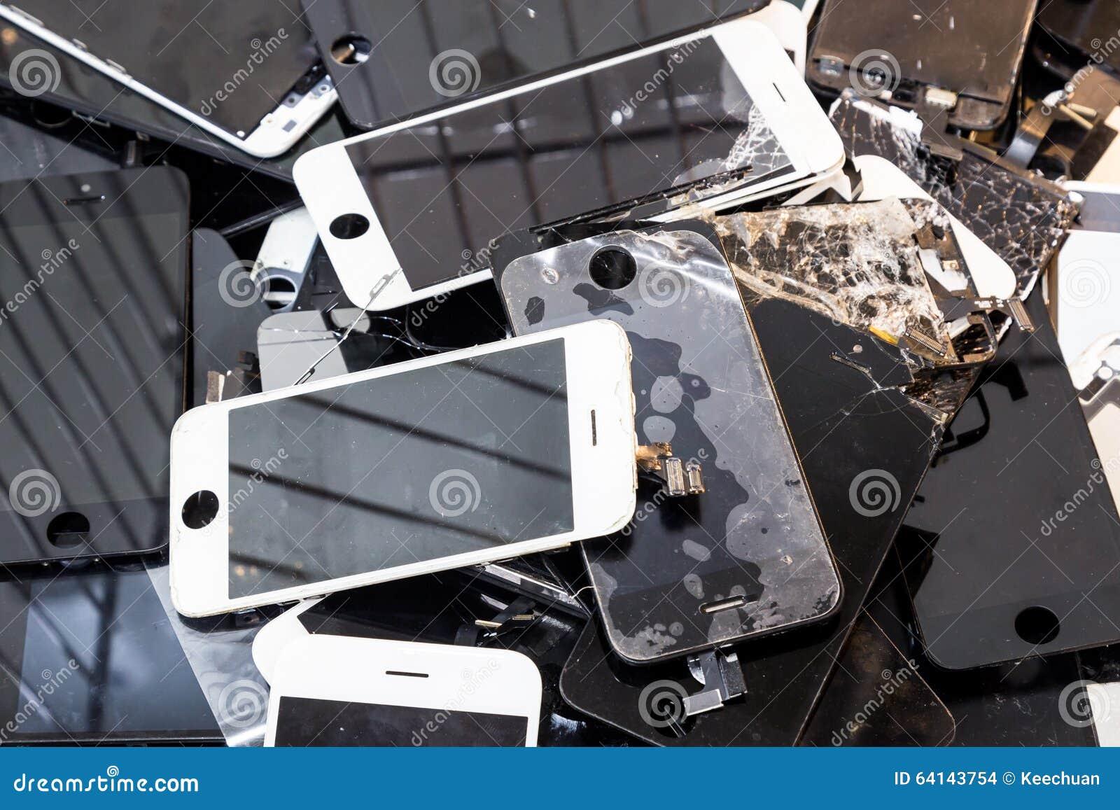 Σωρός του χαλασμένου έξυπνου τηλεφωνικού σώματος και της ραγισμένης οθόνης LCD